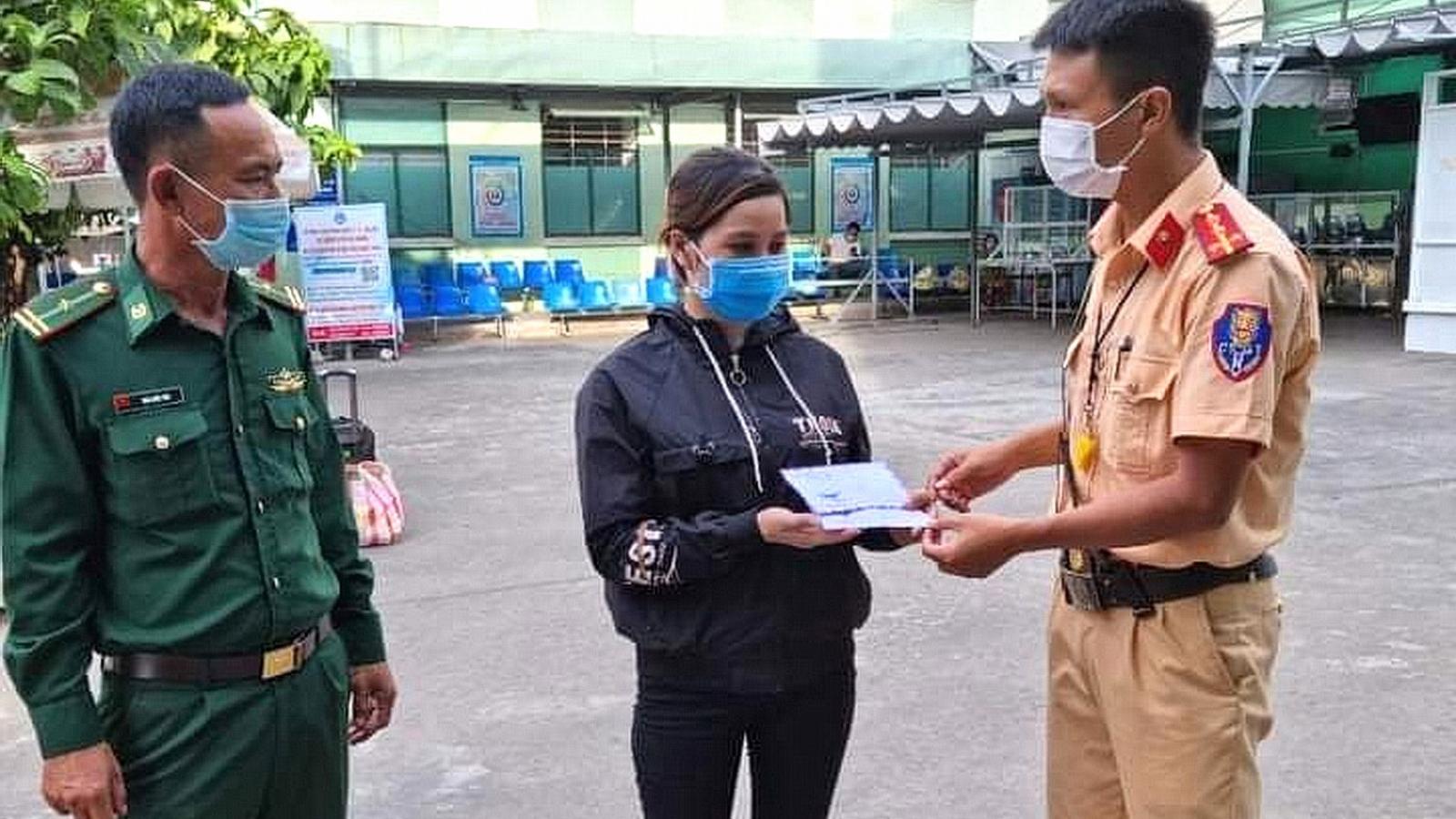CSGT Đà Nẵng quyên góp tiền giúp đỡ người khó khăn do Covid-19