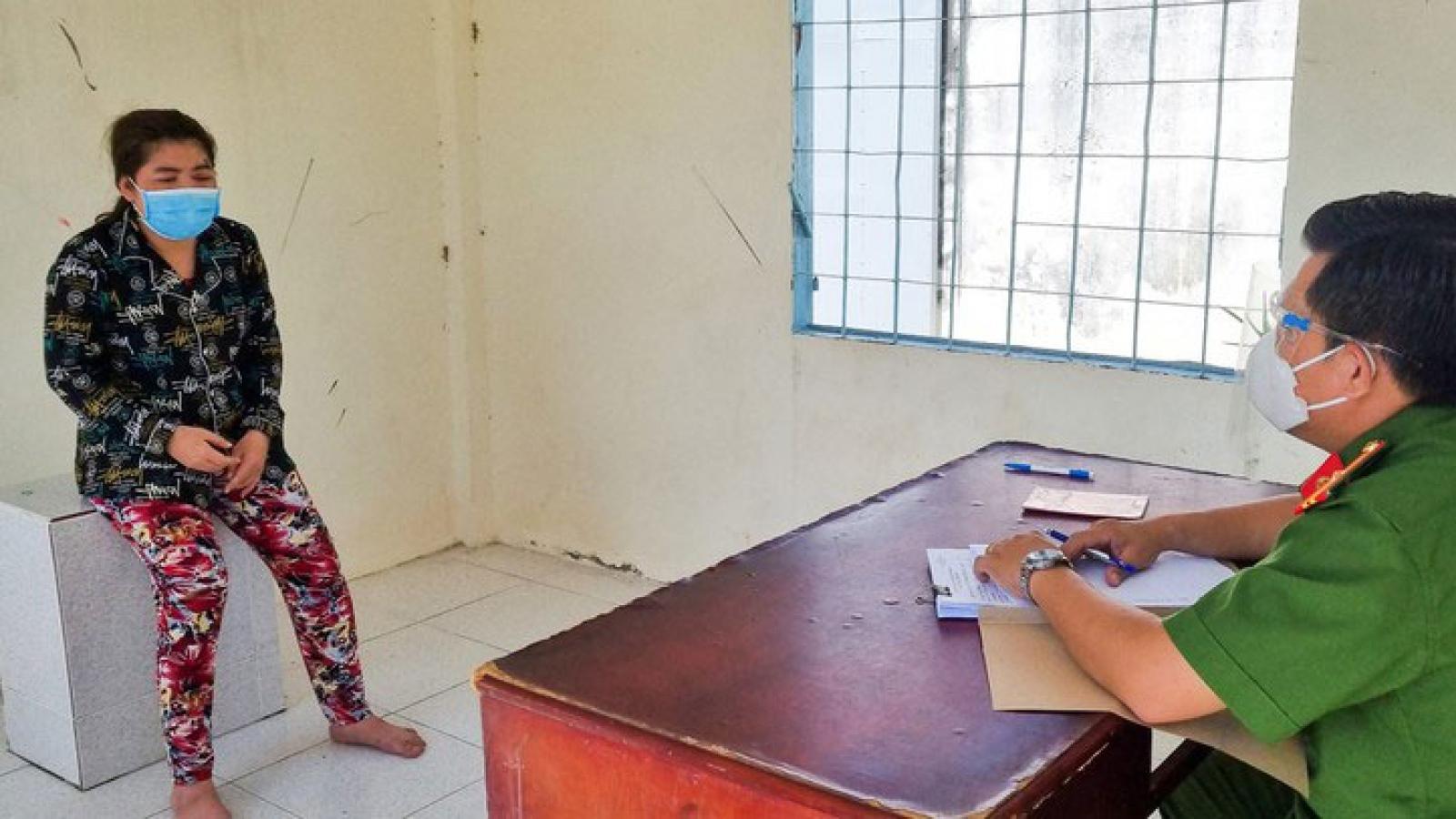 Nóng 24h: Người phụ nữ cắn tay, thóa mạ công an chống dịch