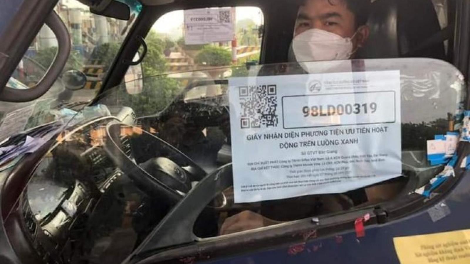 Hà Nội siết chặt quản lý lái xe, phụ xe chở hàng hóa về từ vùng dịch