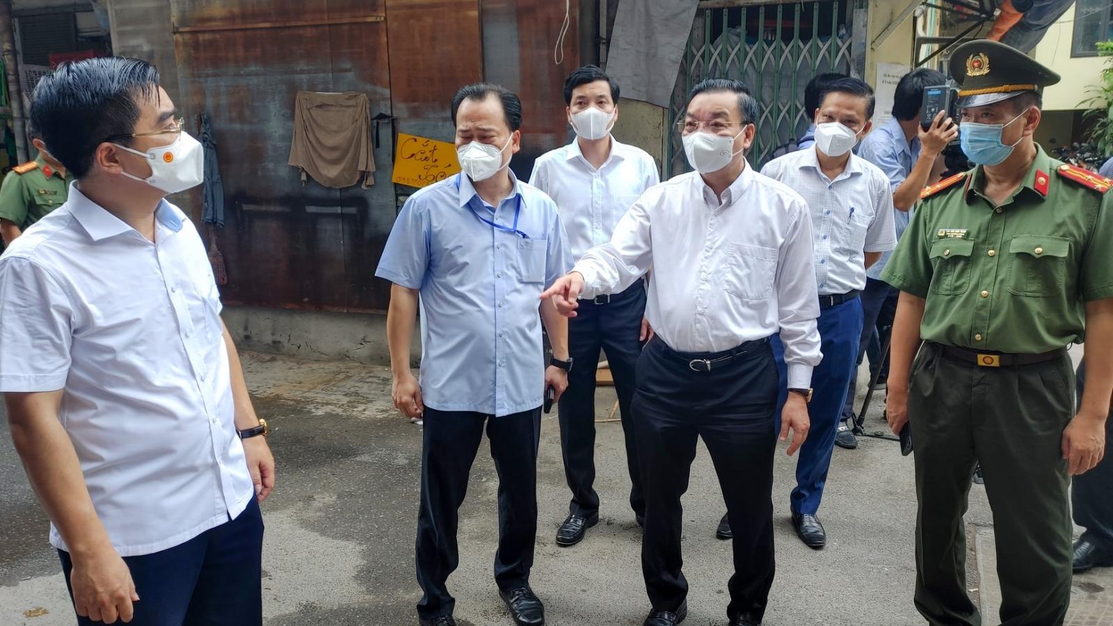 Chủ tịch Hà Nội thị sát, chỉ đạo hạ nhiệt điểm nóng Covid-19 nguy cơ nhất Thủ đô hiện nay