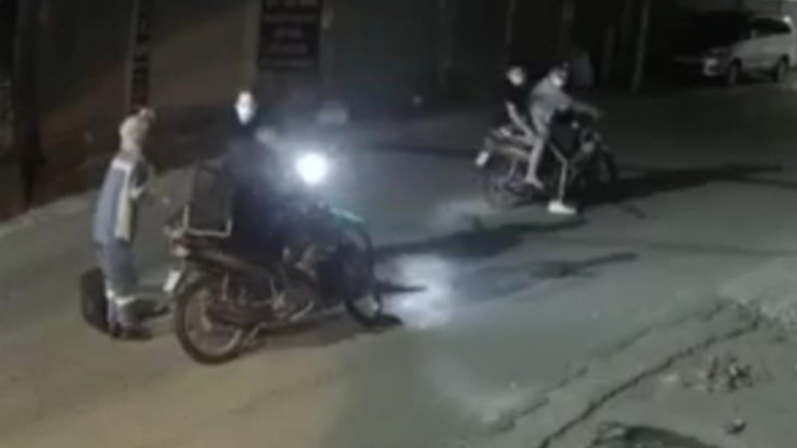 Nữ công nhân môi trường Hà Nội bị 4 thanh niên cướp xe máy trong đêm