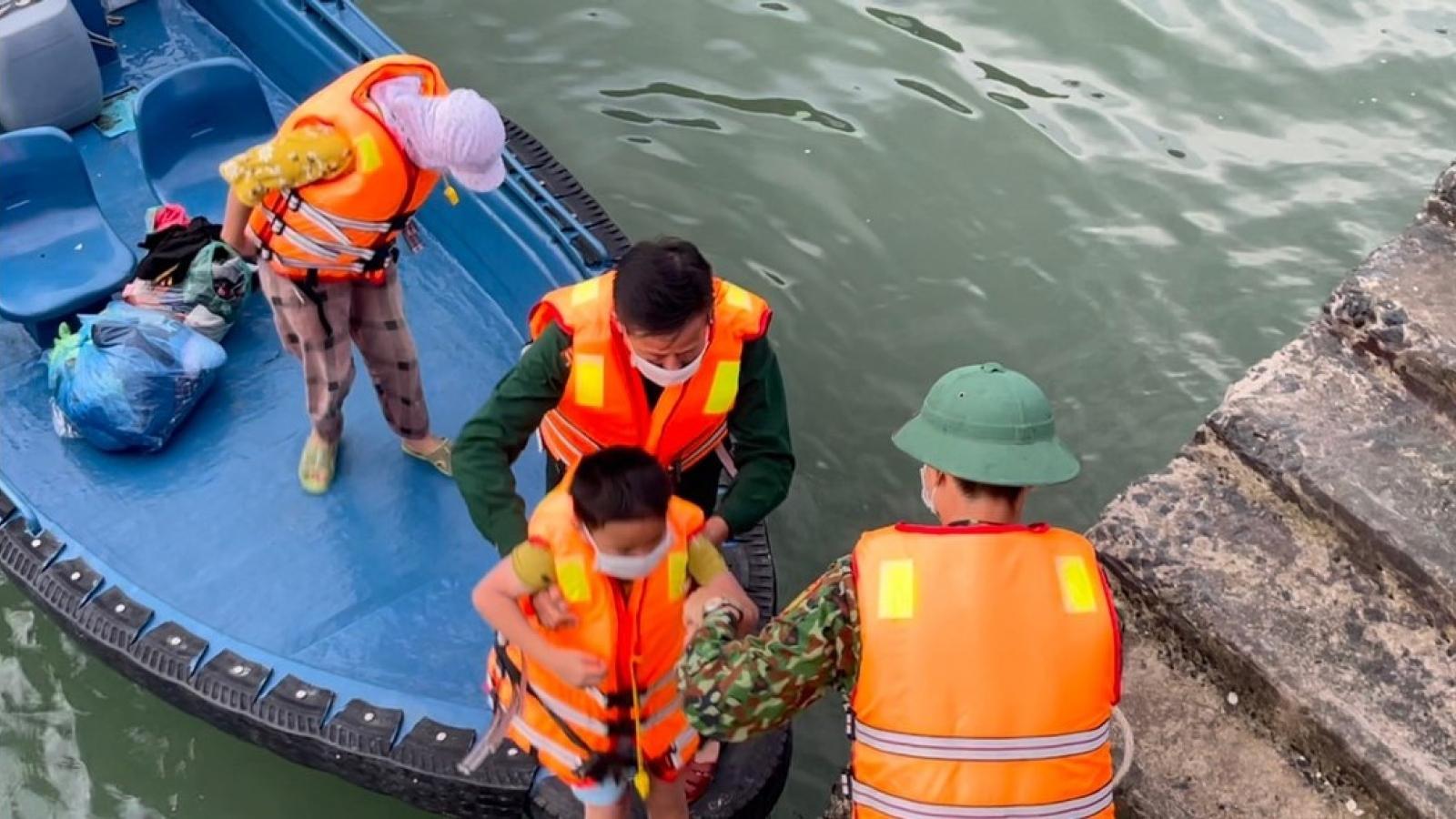 Đồn Biên phòng Cát Bà cứu 4 người gặp nạn trên biển