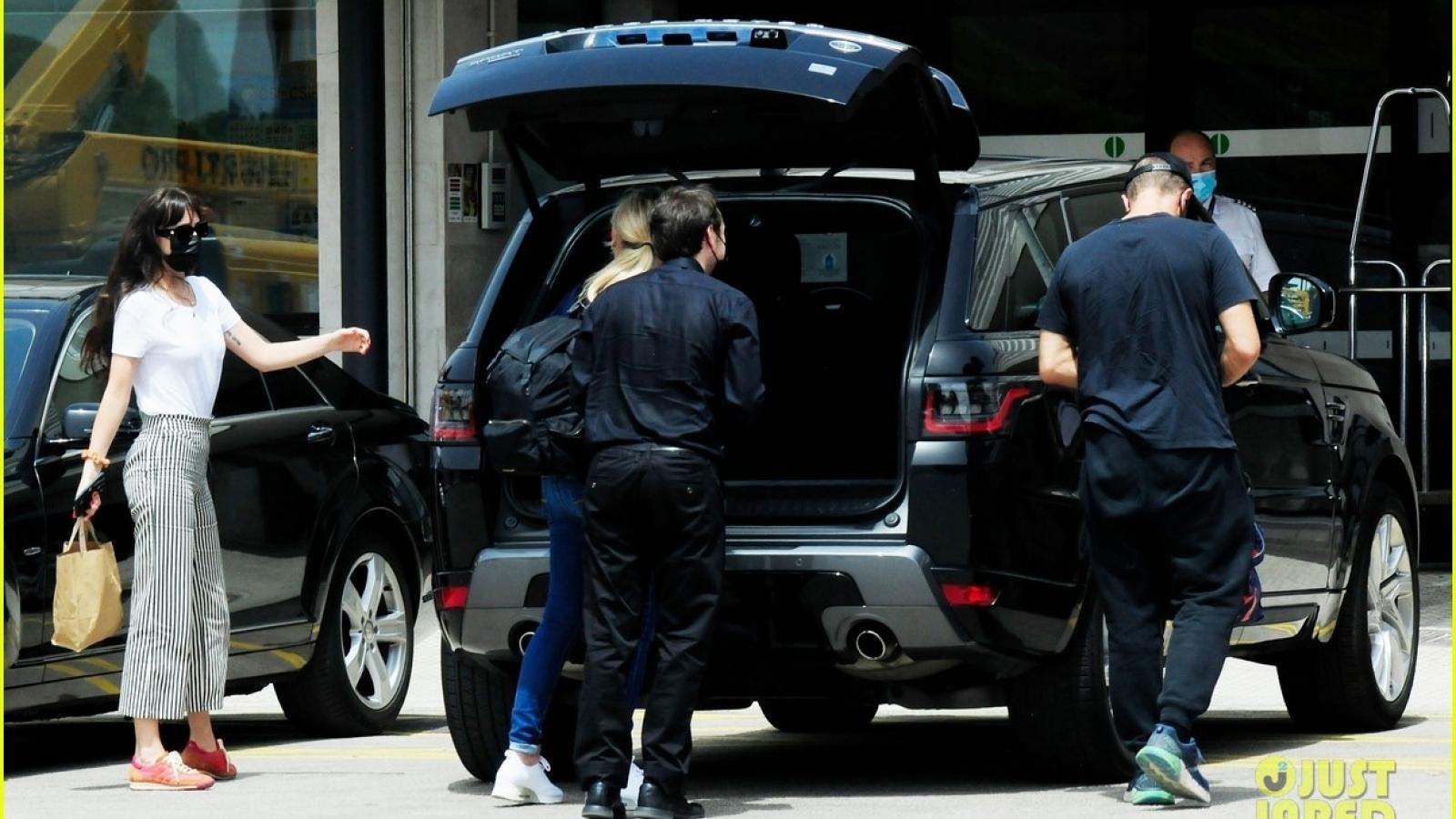 """Mỹ nhân """"50 sắc thái"""" tái xuất giản dị ở sân bay cùng bạn trai Chris Martin"""
