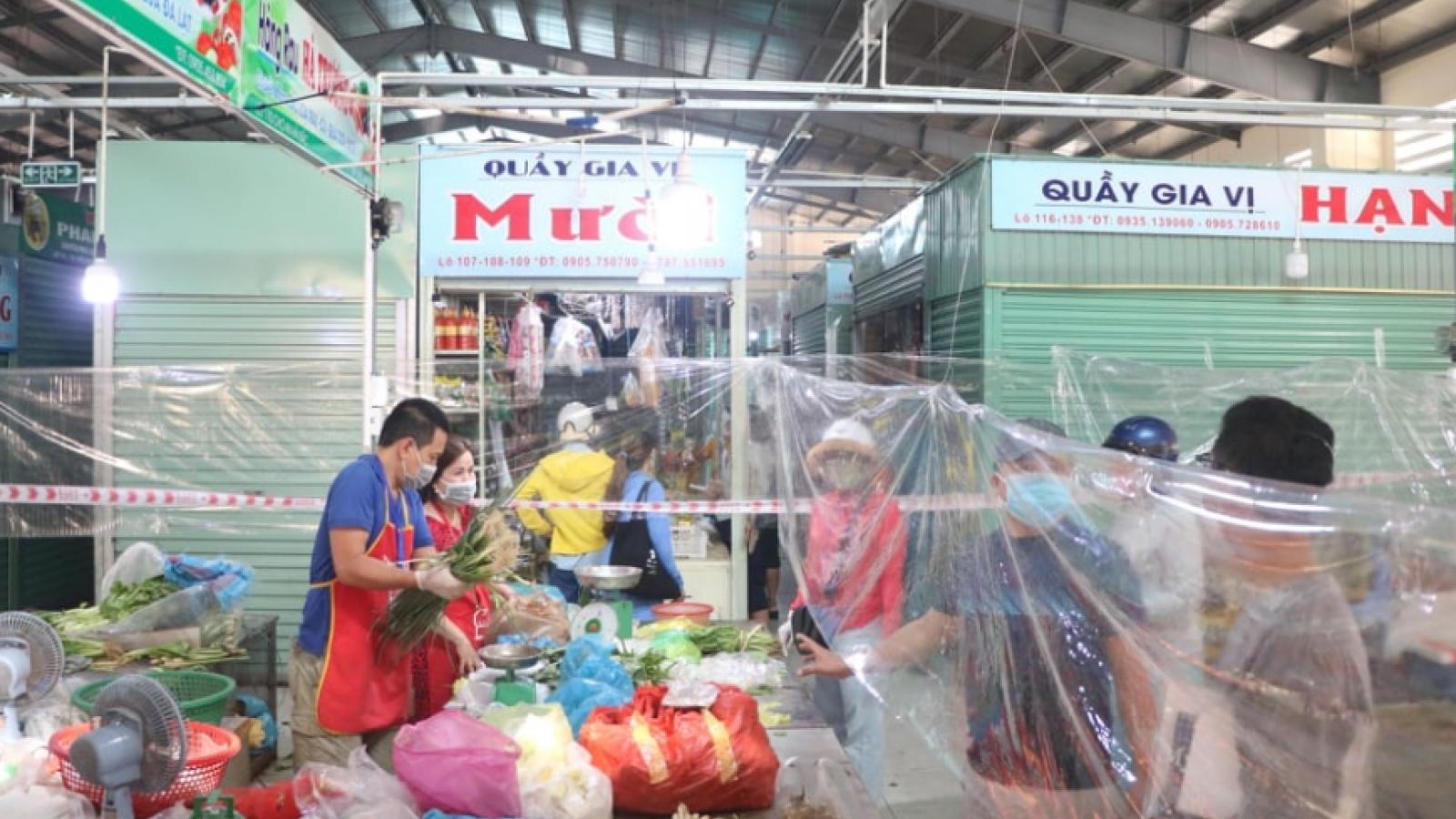 Đà Nẵng mở lại một số chợ truyền thống, người dân mua sắm theo cách mới