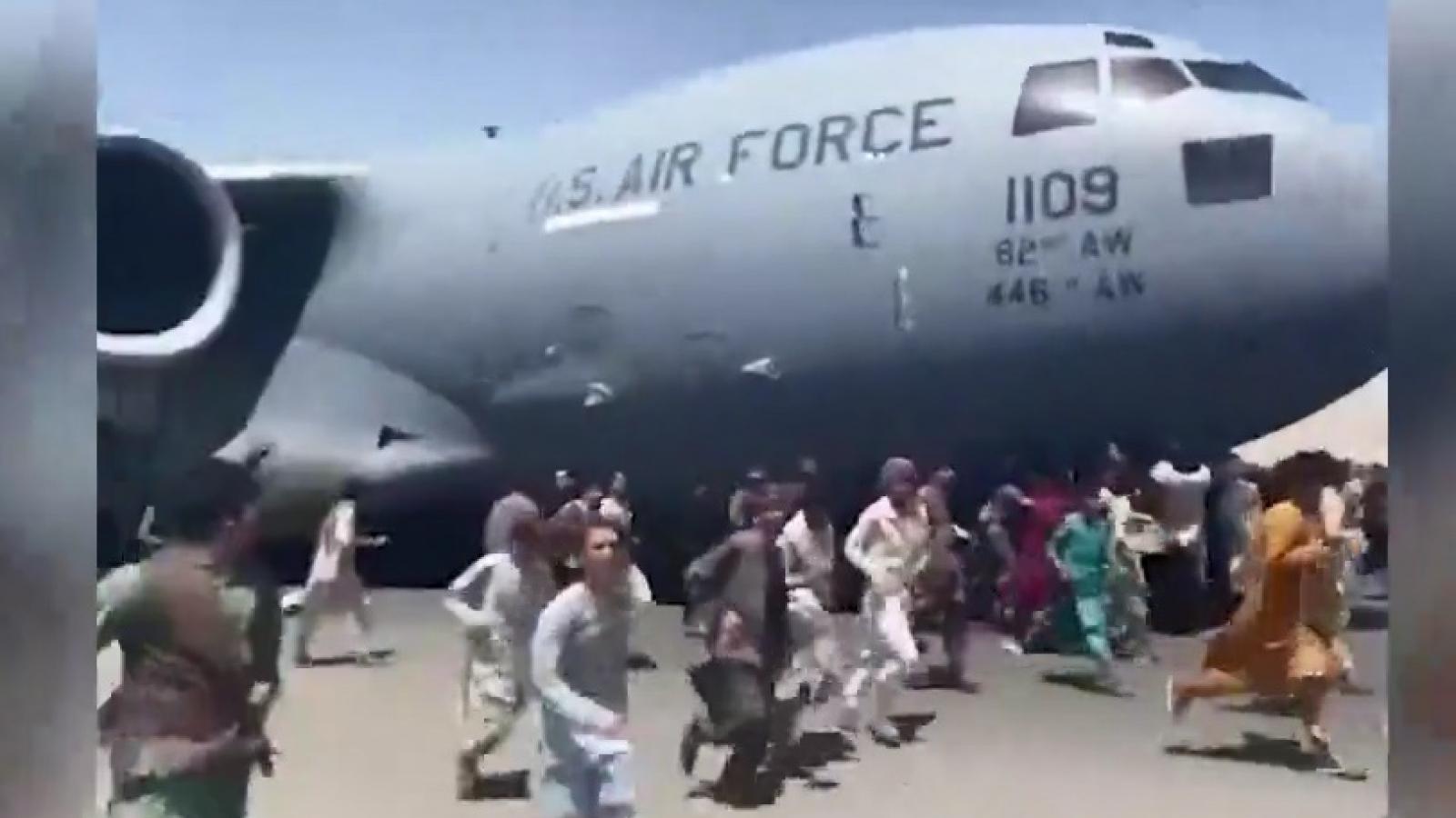 Ám ảnh cảnh đám đông bám lấy máy bay Mỹ ngay trên đường băng ở Afghanistan