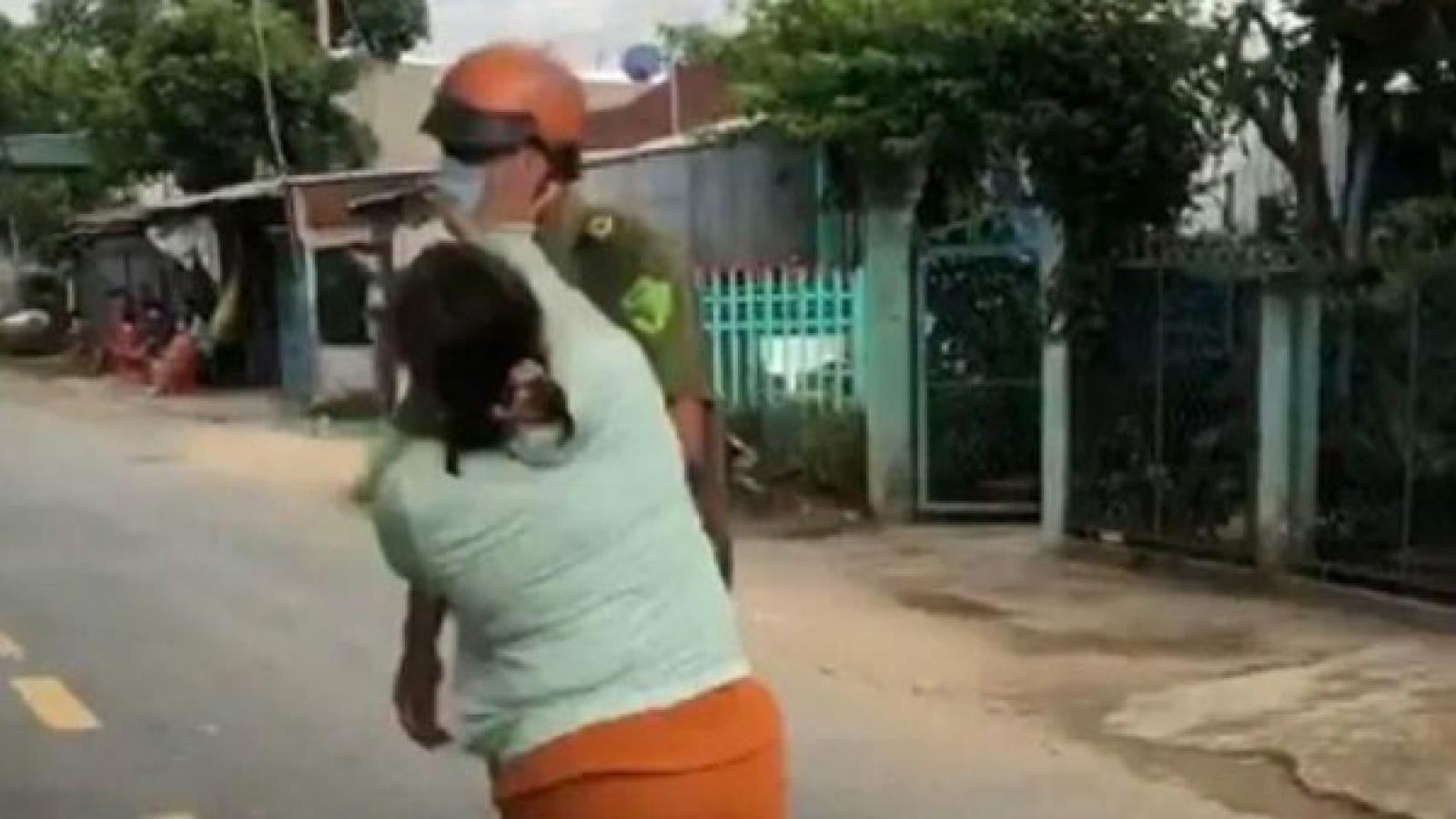 Nóng 24h: Người phụ nữ chửi bới, đánh công an vì chồng bị lập biên bản