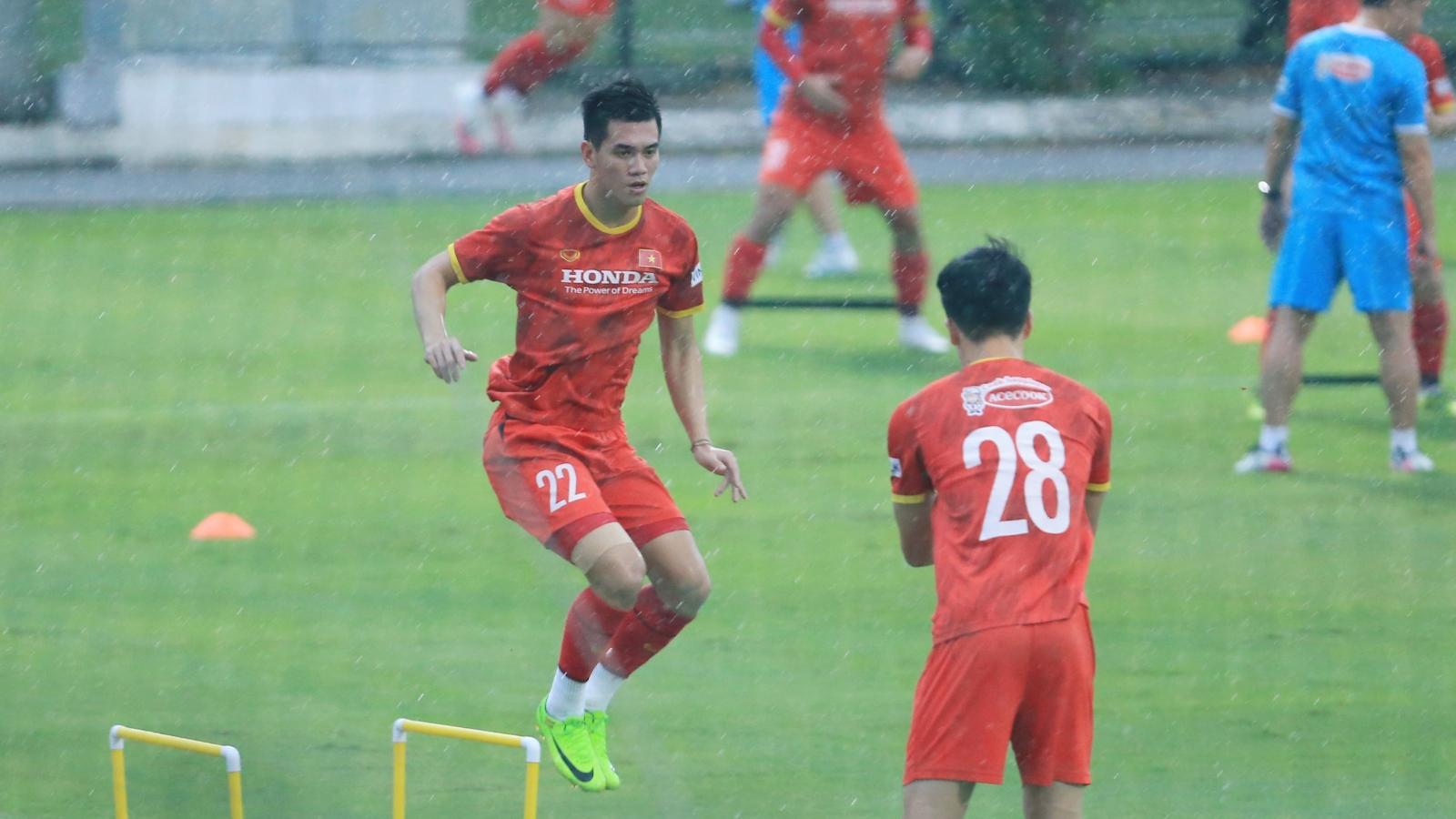"""ĐT Việt Nam """"luyện công"""" dưới cơn mưa tầm tã ở Hà Nội"""