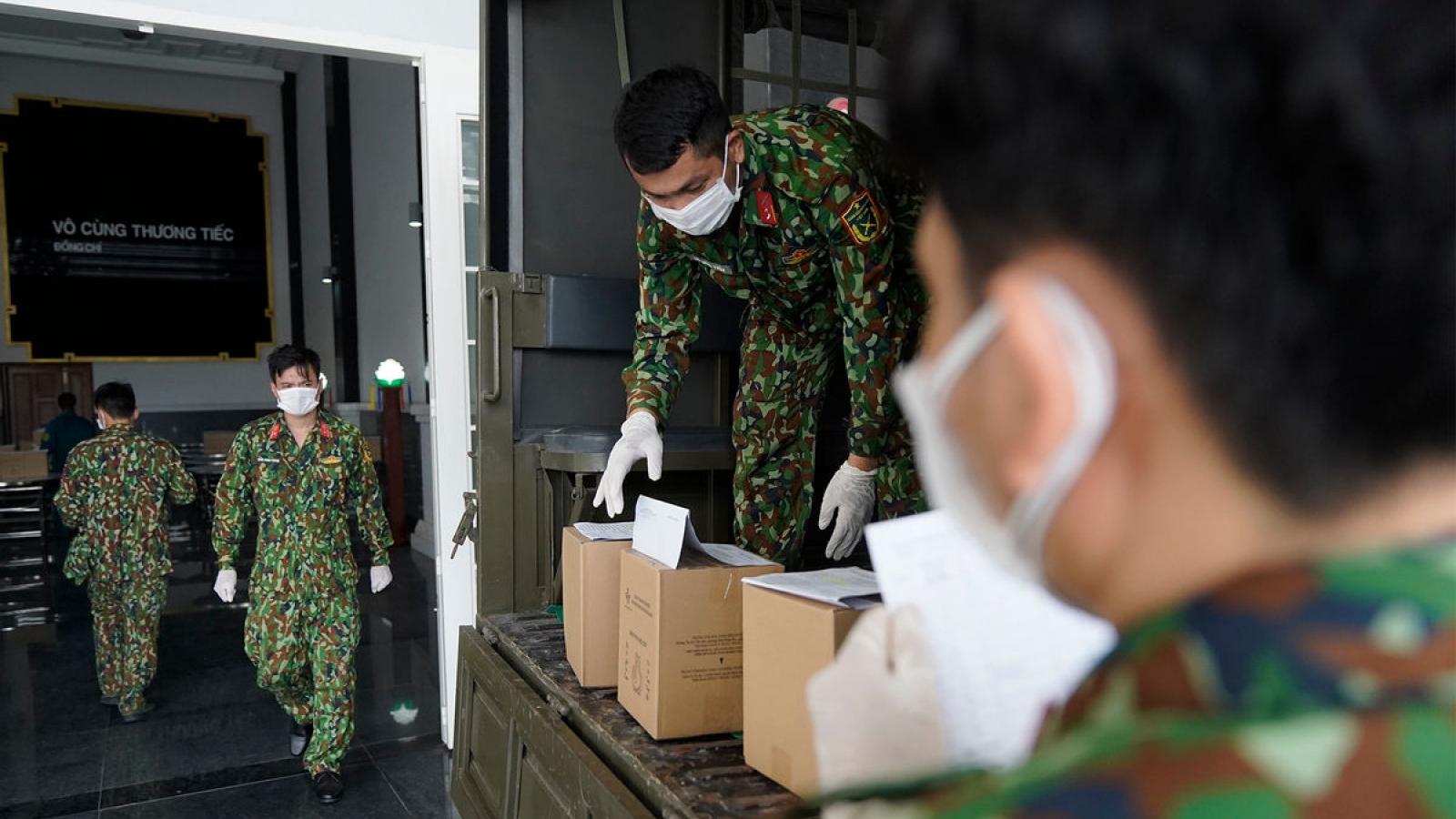 Xúc động hình ảnh quân đội tiếp nhận, bàn giao tro cốt cho gia đình nạn nhân COVID-19
