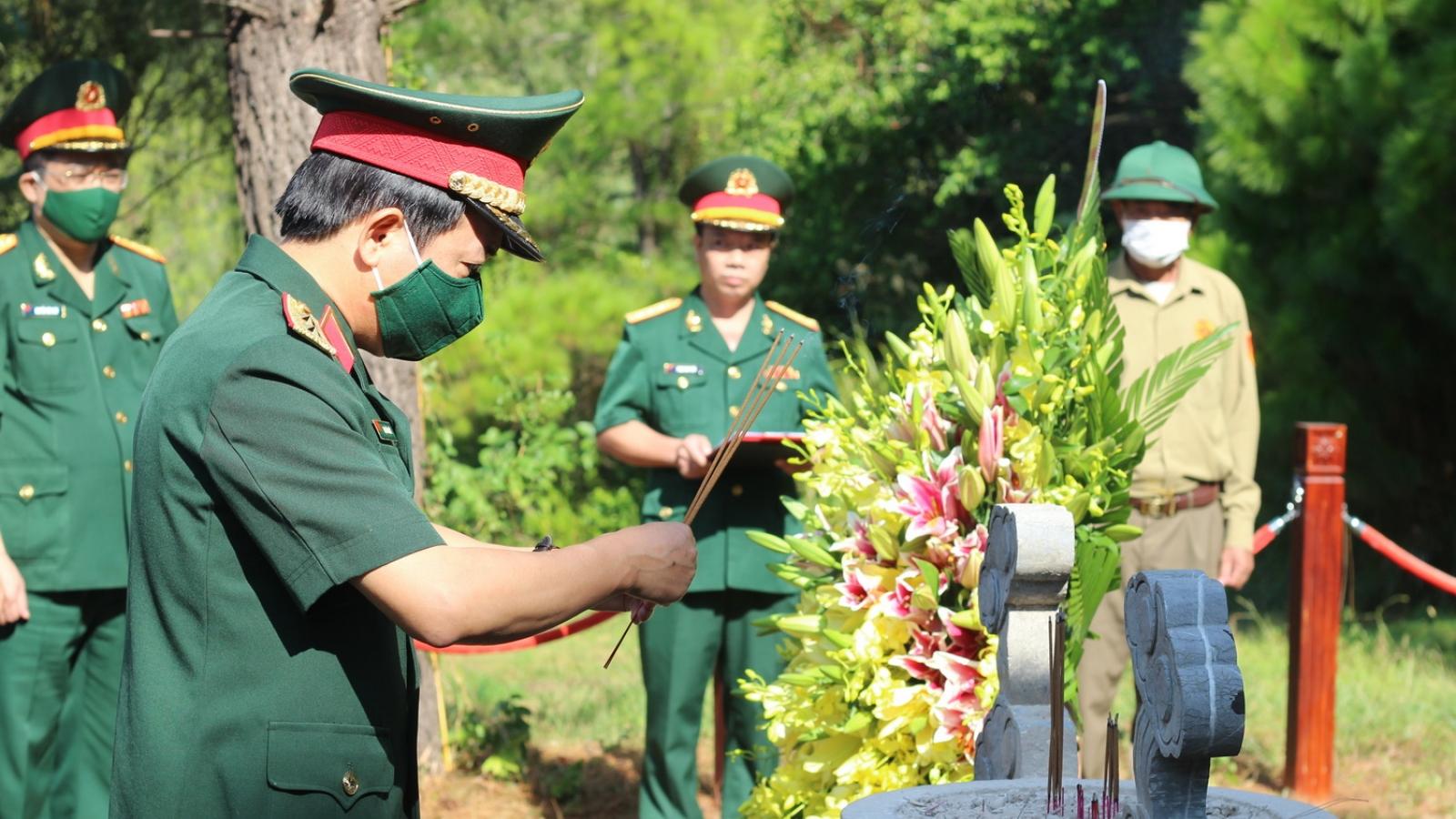 Dâng hương,viếng mộ Đại tướng Võ Nguyên Giáp kỷ niệm 110 năm ngày sinh