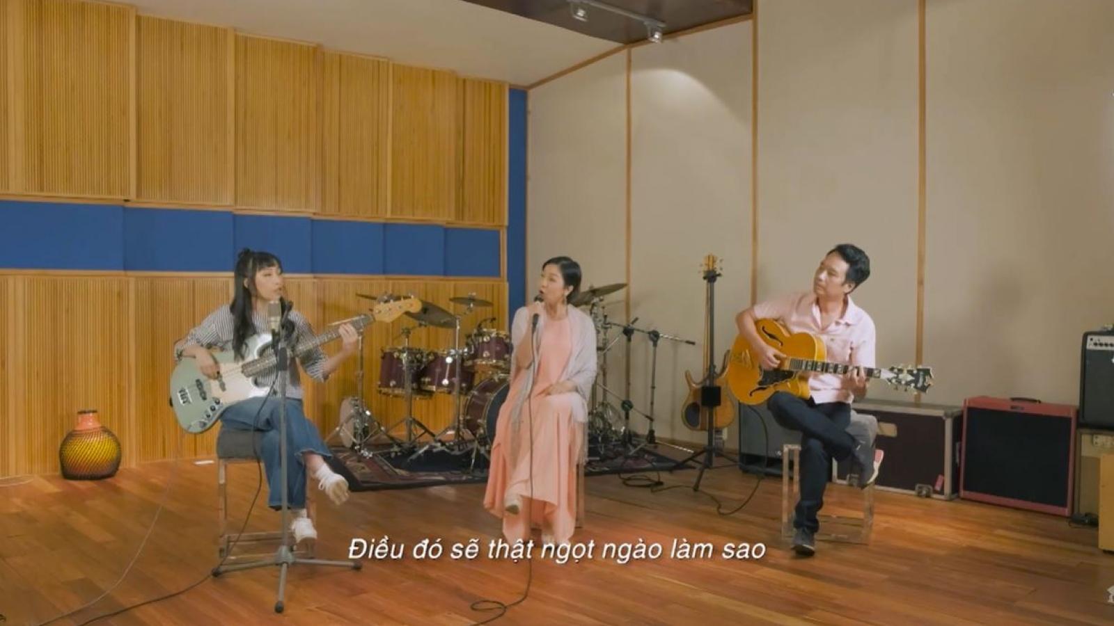 Mỹ Anh đánh đàn bass, song ca ăn ý cùng diva Mỹ Linh khiến khán giả thích thú