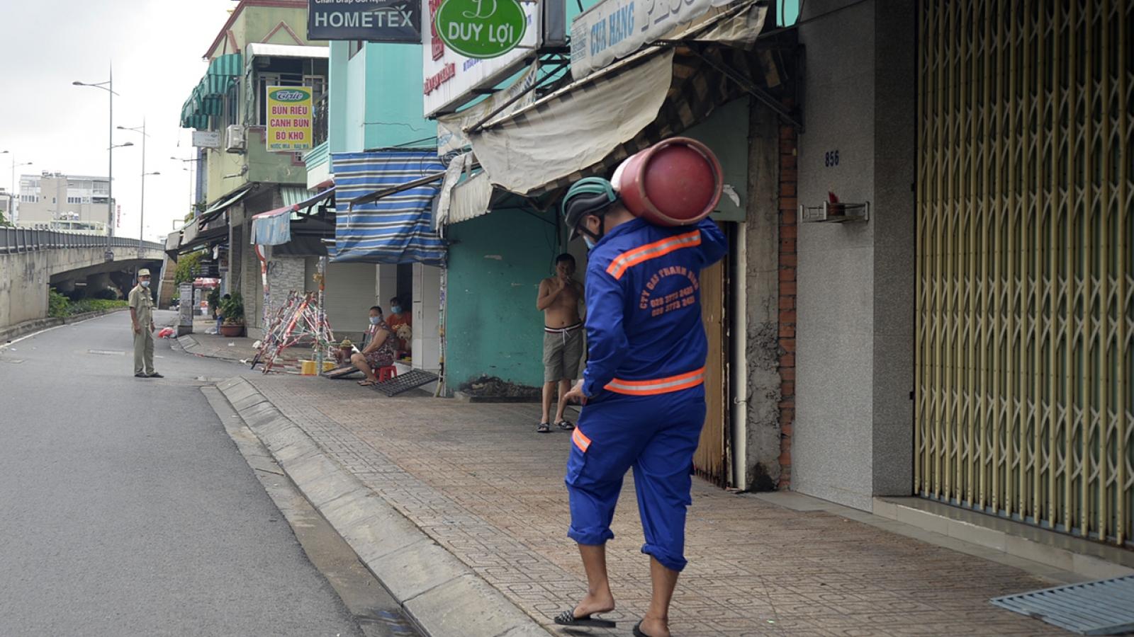 TP.HCM: Nhân viên giao gas không cần giấy đi đường để qua chốt kiểm soát