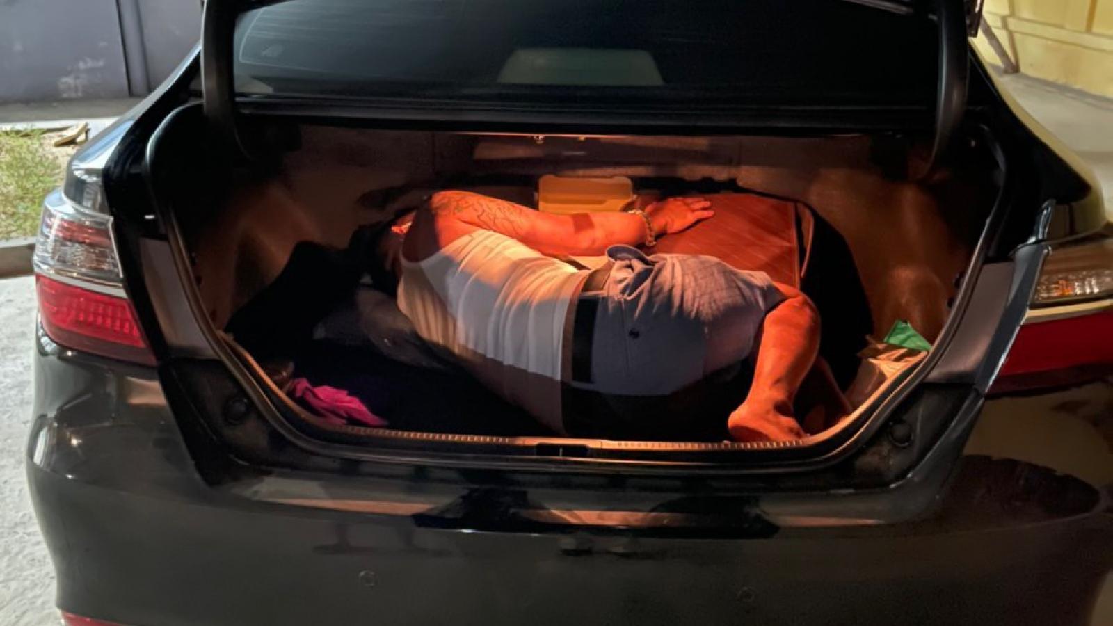 Tài xế dùng giấy xét nghiệm hết hạn, giấu người trong cốp xe hòng trốn khai báo