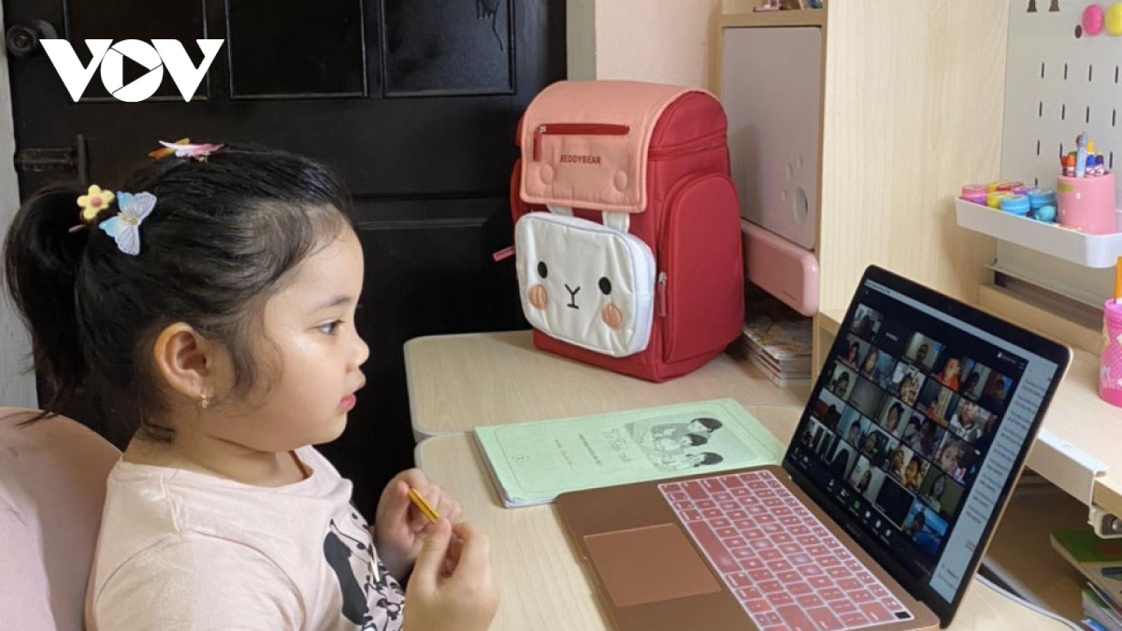Nhiều lo lắng về dạy học trực tuyến cho trẻ lớp 1