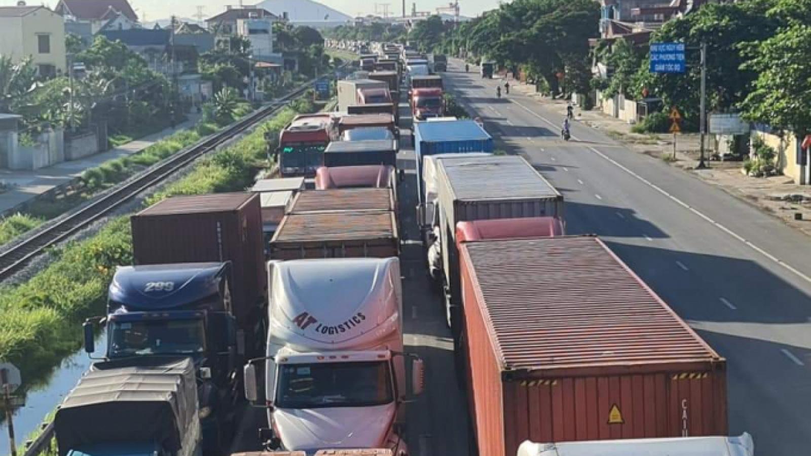 Lái xe chở hàng phải đợi 8-10h để qua chốt kiểm dịch Dụ Nghĩa, Hải Phòng
