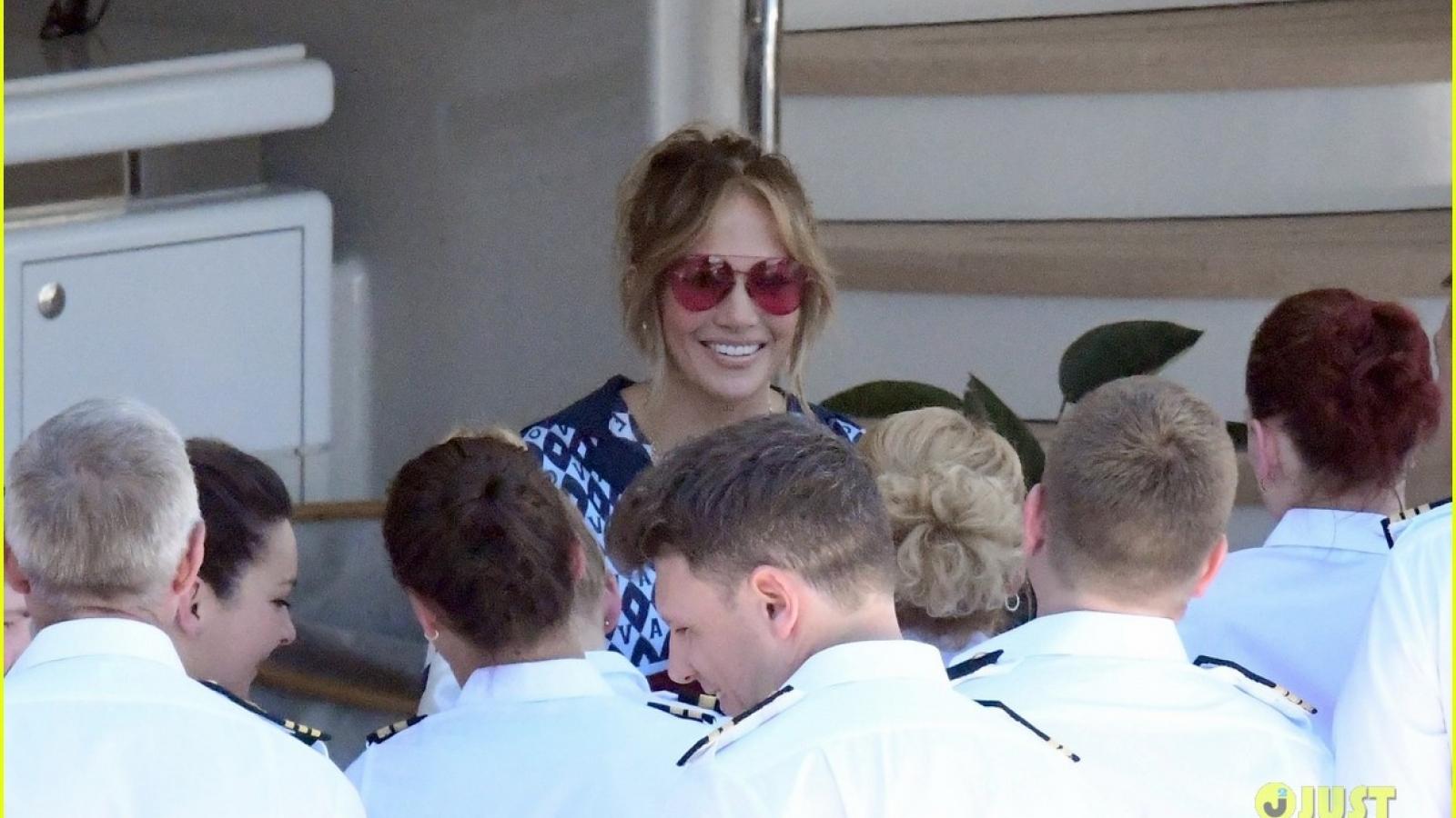 Jennifer Lopez thân thiện giao lưu với người hâm mộ trên du thuyền sang trọng ở Pháp