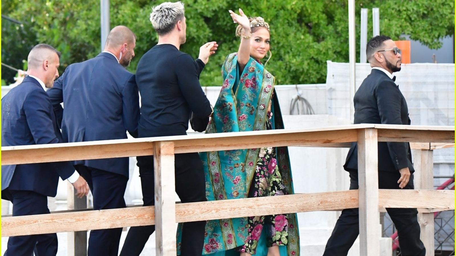 """Jennifer Lopez hóa """"bà hoàng"""" sang chảnh tại sự kiện thời trang"""