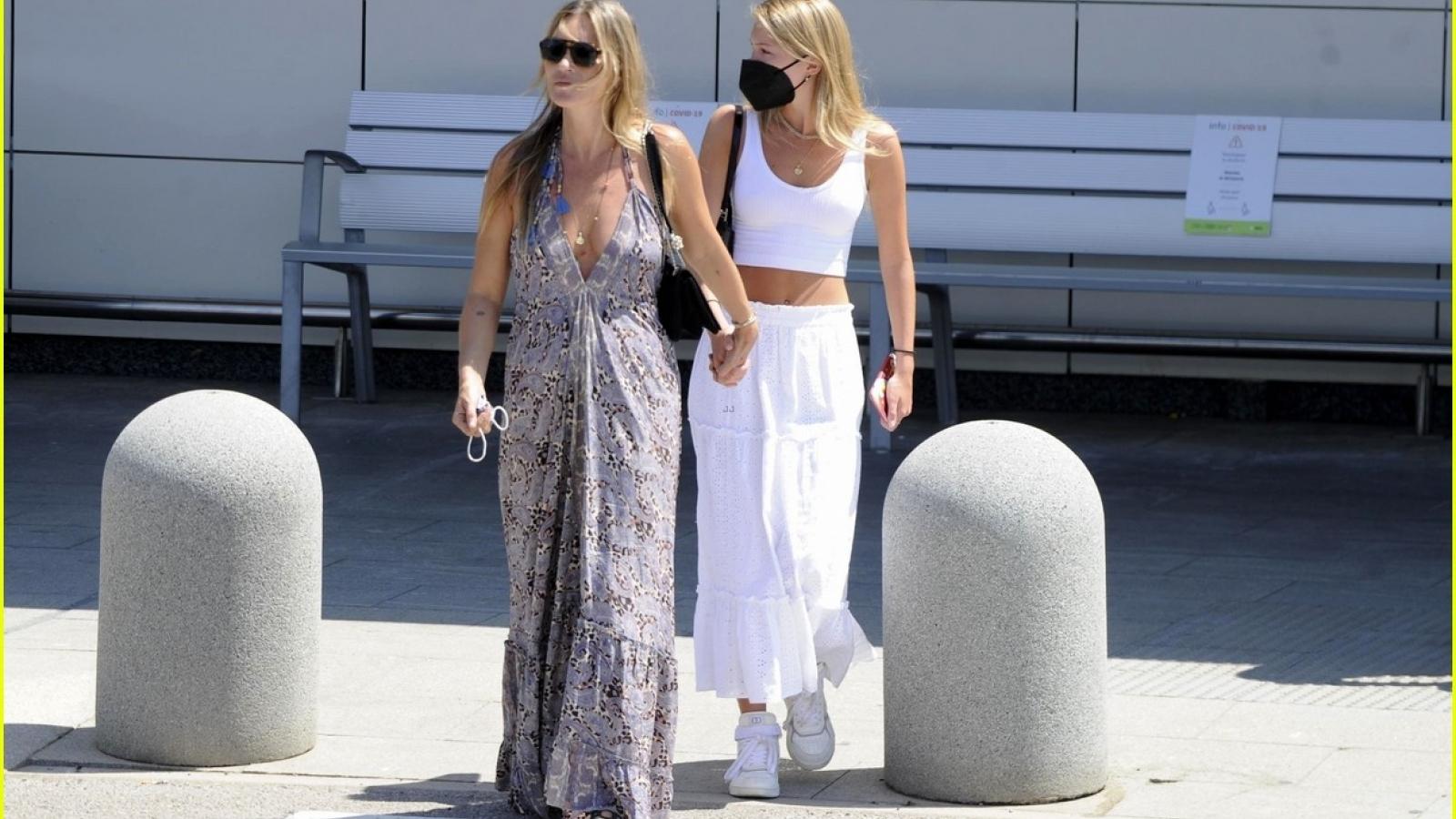Siêu mẫu Kate Moss gợi cảm đến sân bay đón con gái cưng Lila
