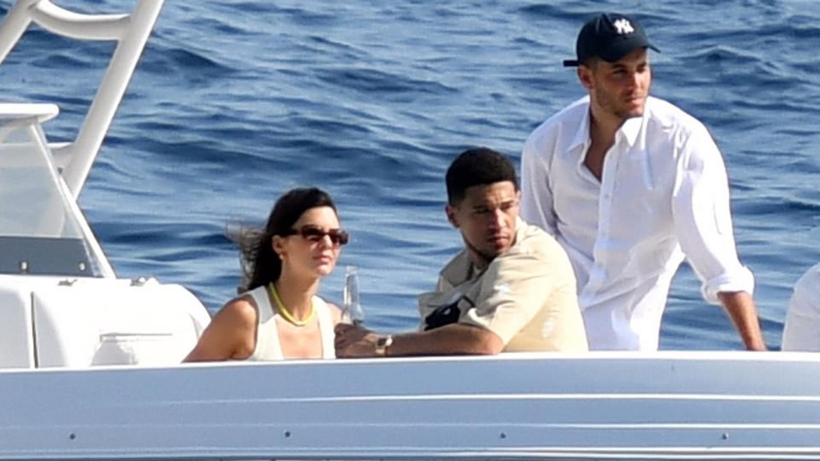 Kendall Jenner cùng bạn trai dùng bữa trưa trên du thuyền hạng sang