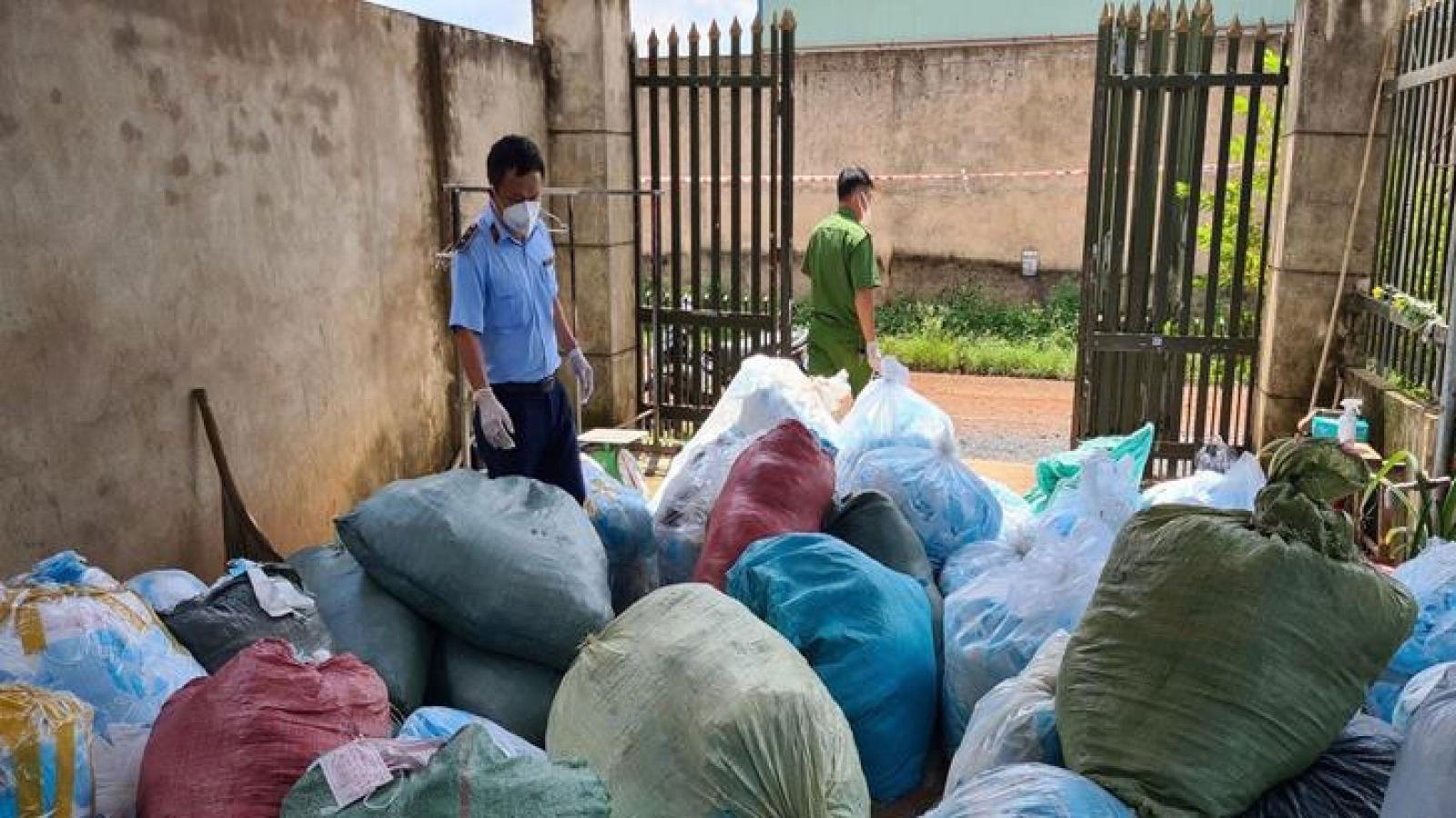Phát hiện 1 tấn khẩu trang lỗi được thu gom về tái chế để bán