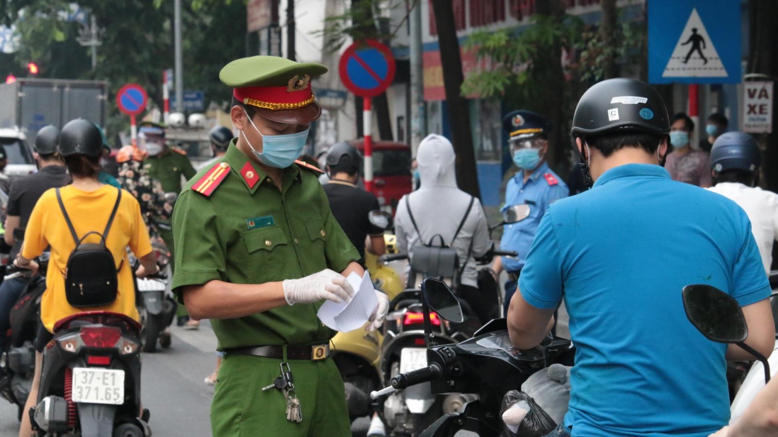 Hà Nội xử phạt hơn 800 trường hợp vi phạm giãn cách xã hội