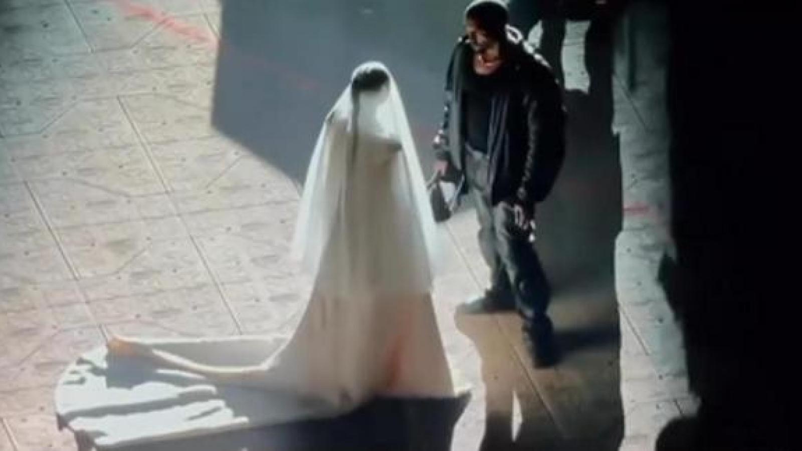 Kim Kardashian mặc váy cưới xuất hiện trong đêm nhạc của Kanye West