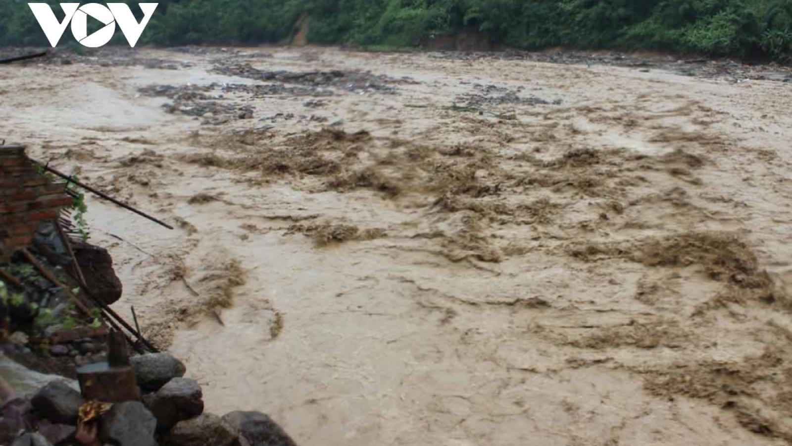 Lật thuyền trên sông Chảy, một người bị lũ cuốn mất tích