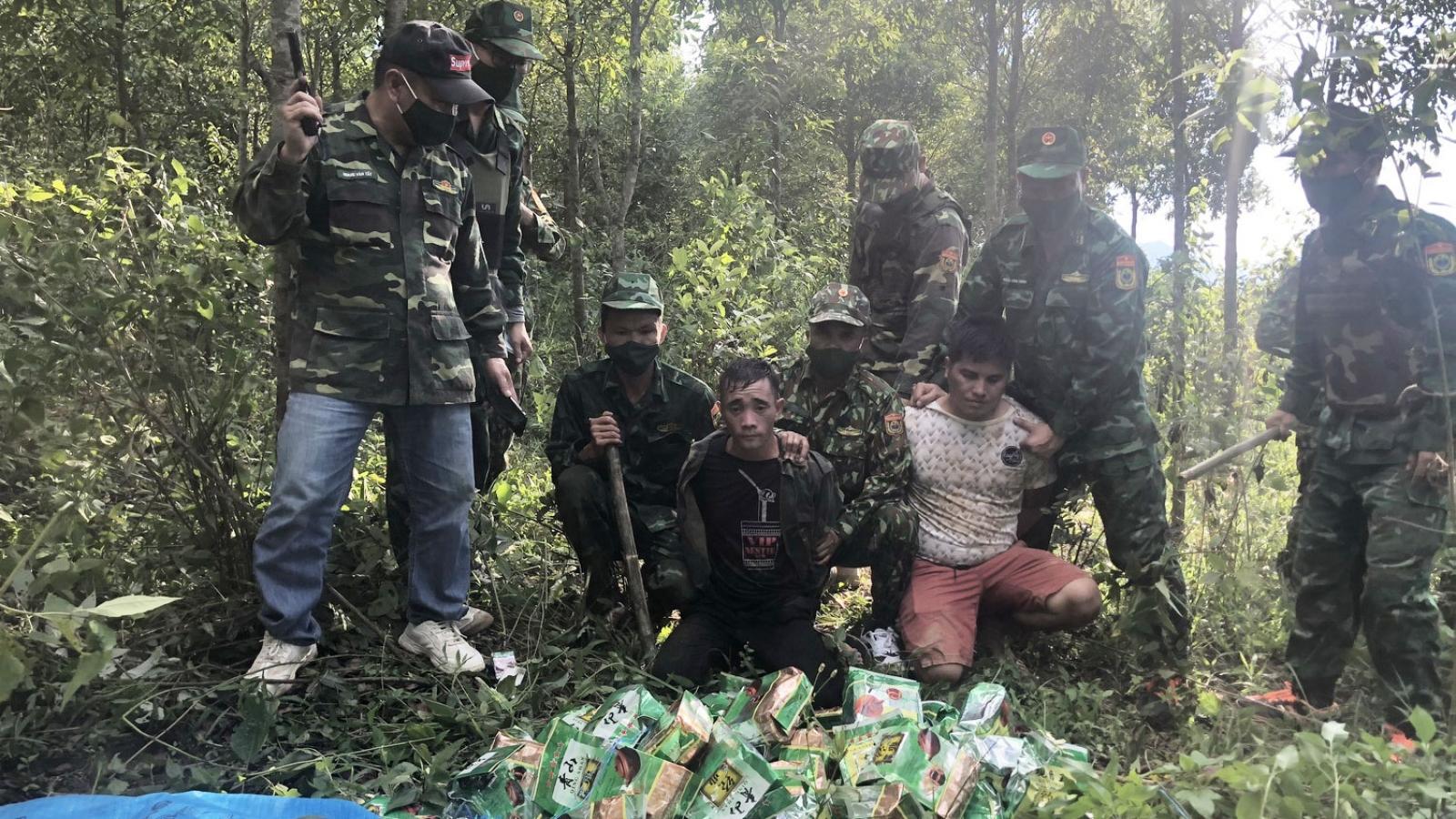 Bắt 3 đối tượng vận chuyển 46kg ma túy đá từ Lào về Việt Nam