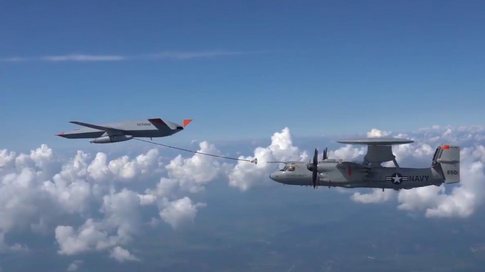 UAV MQ-25 lần đầu tiếp nhiên liệu trên không cho máy bay cảnh báo sớm E-2D