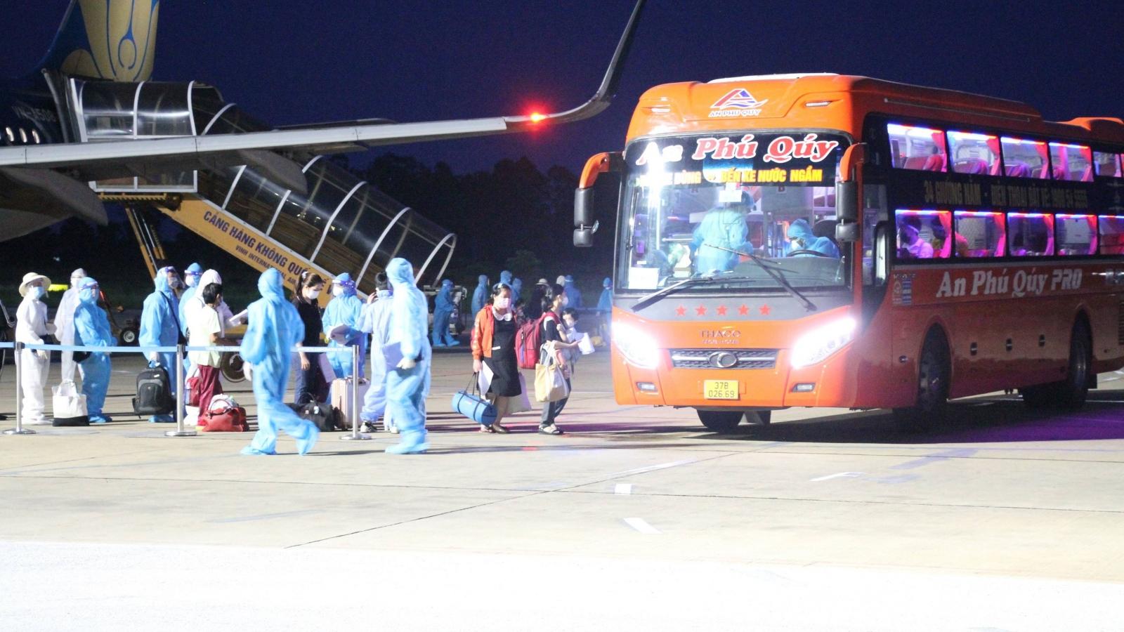 Chuyến bay đầu tiên chở 217 người Nghệ An hạ cánh nơi quê nhà