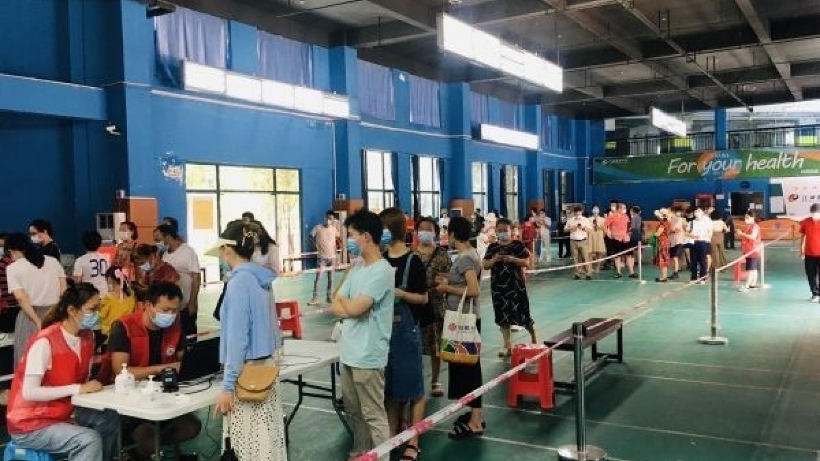 Trung Quốc lùi thời gian nhập học, hạn chế xuất cảnh chống Covid-19