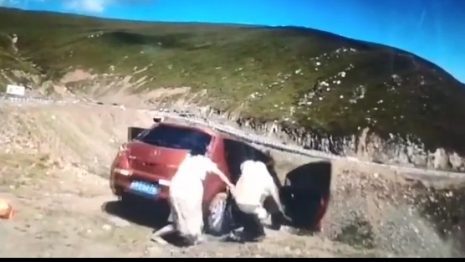 Hú hồn cảnh ô tô bất ngờ trôi xuống vách núi, người ngồi trong xe nhào vội ra ngoài
