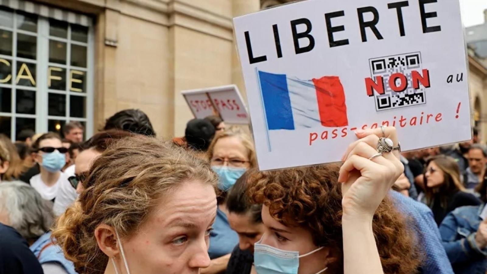Tranh cãi tiếp diễn trong ngày đầu Pháp áp dụng giấy thông hành y tế