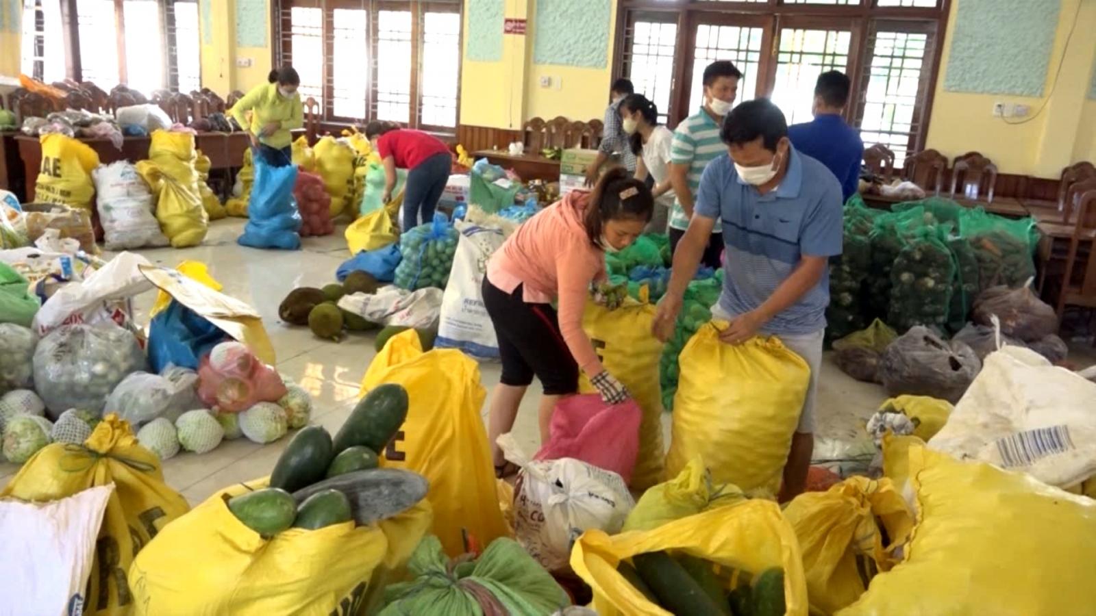 Người dân vùng sạt lở núi Quảng Nam góp nông sản gửi vào phía Nam