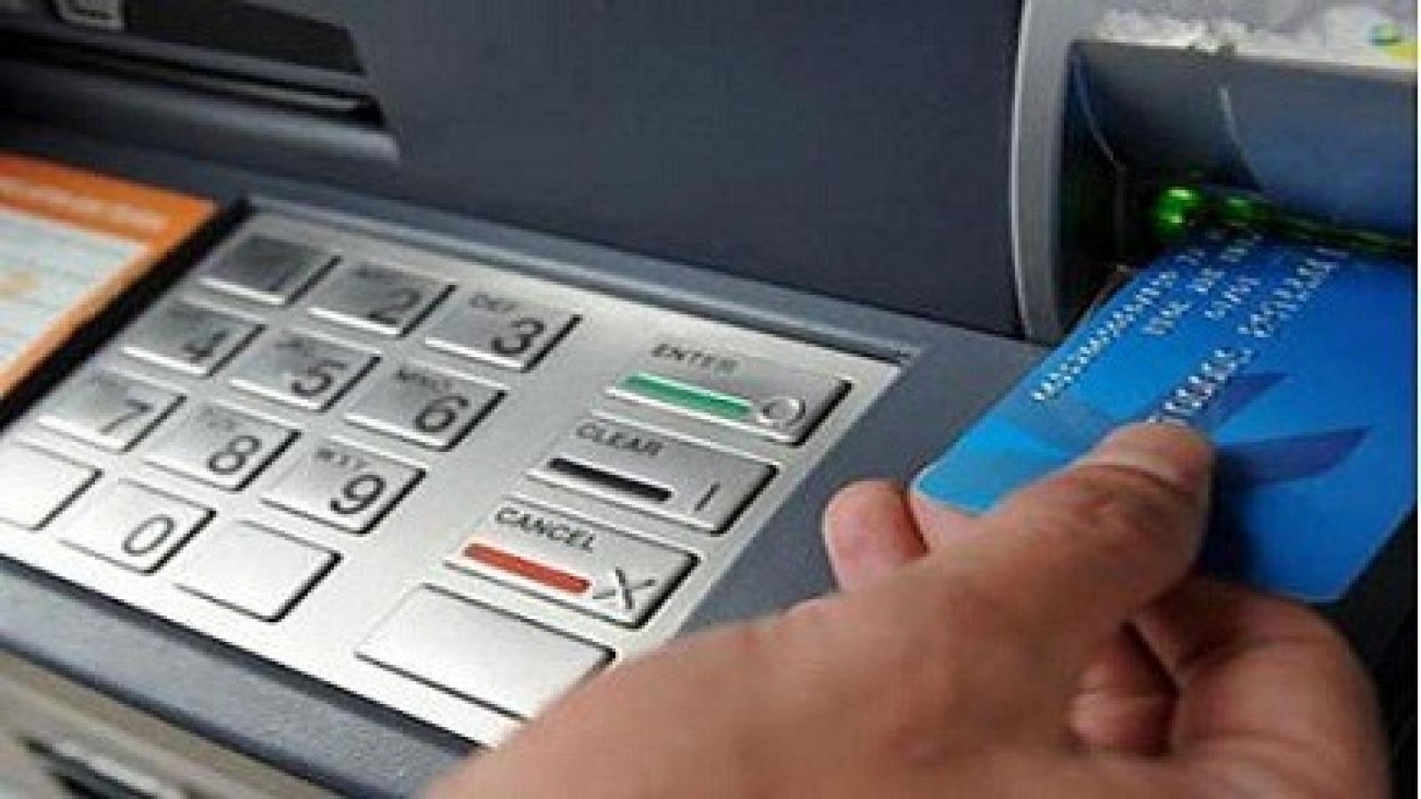 Xem xét trường hợp nam sinh viên bị phạt khi ra ngân hàng