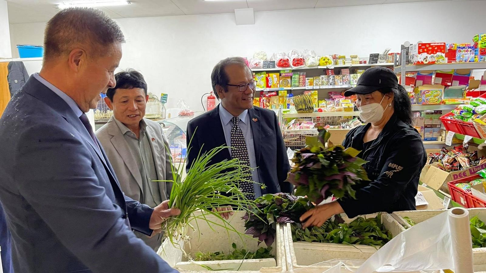 Đại sứ quán Việt Nam chia sẻ khó khăn với cộng đồng người Việt tại Cheb, CH Séc