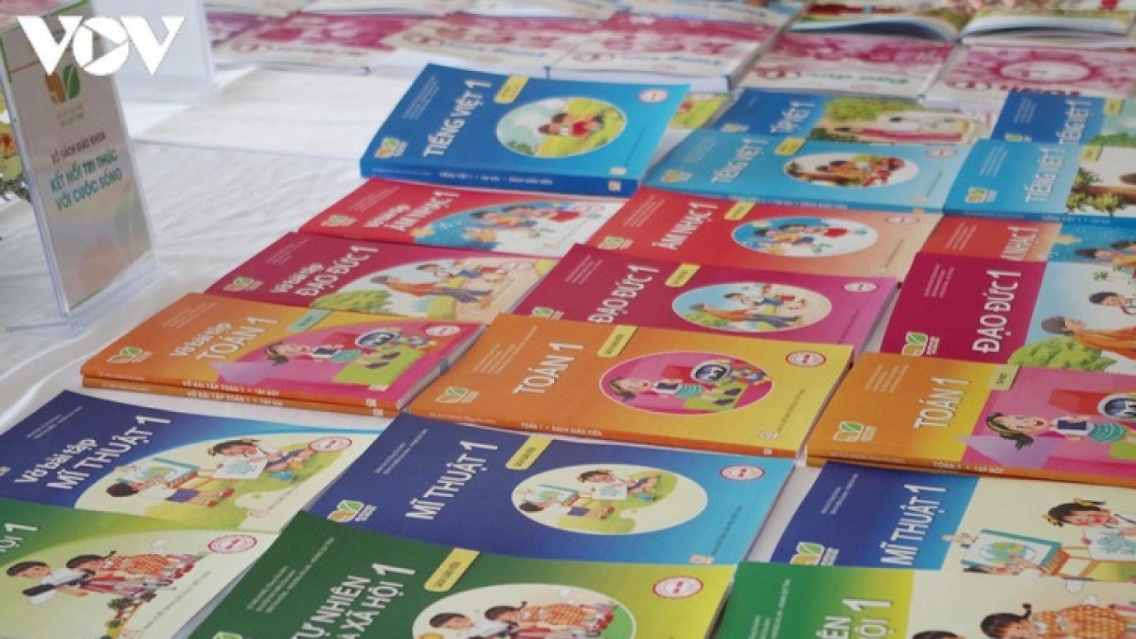 Giãn cách xã hội, phụ huynh chật vật tìm sách giáo khoa cho con