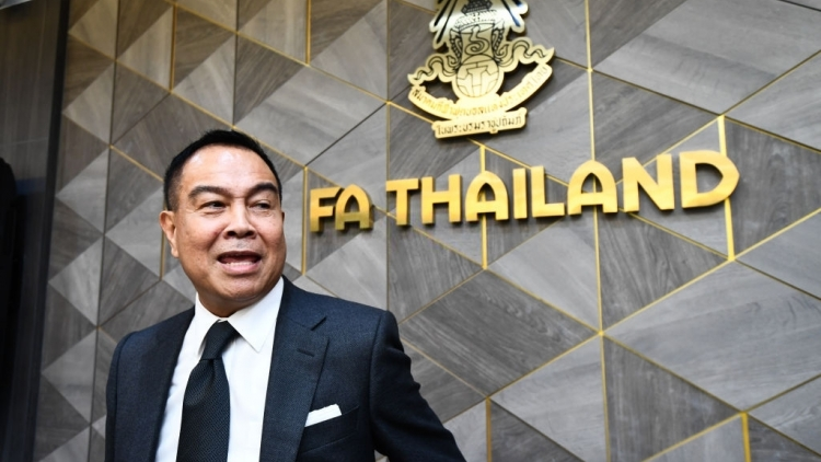 """Chủ tịch LĐBĐ Thái Lan trong 5 năm """"trảm tướng"""" tới 4 lần"""