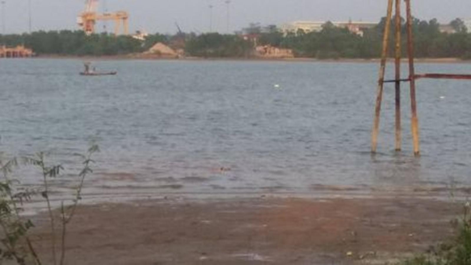 Phát hiện thi thể nam giới trôi dạt trên sông