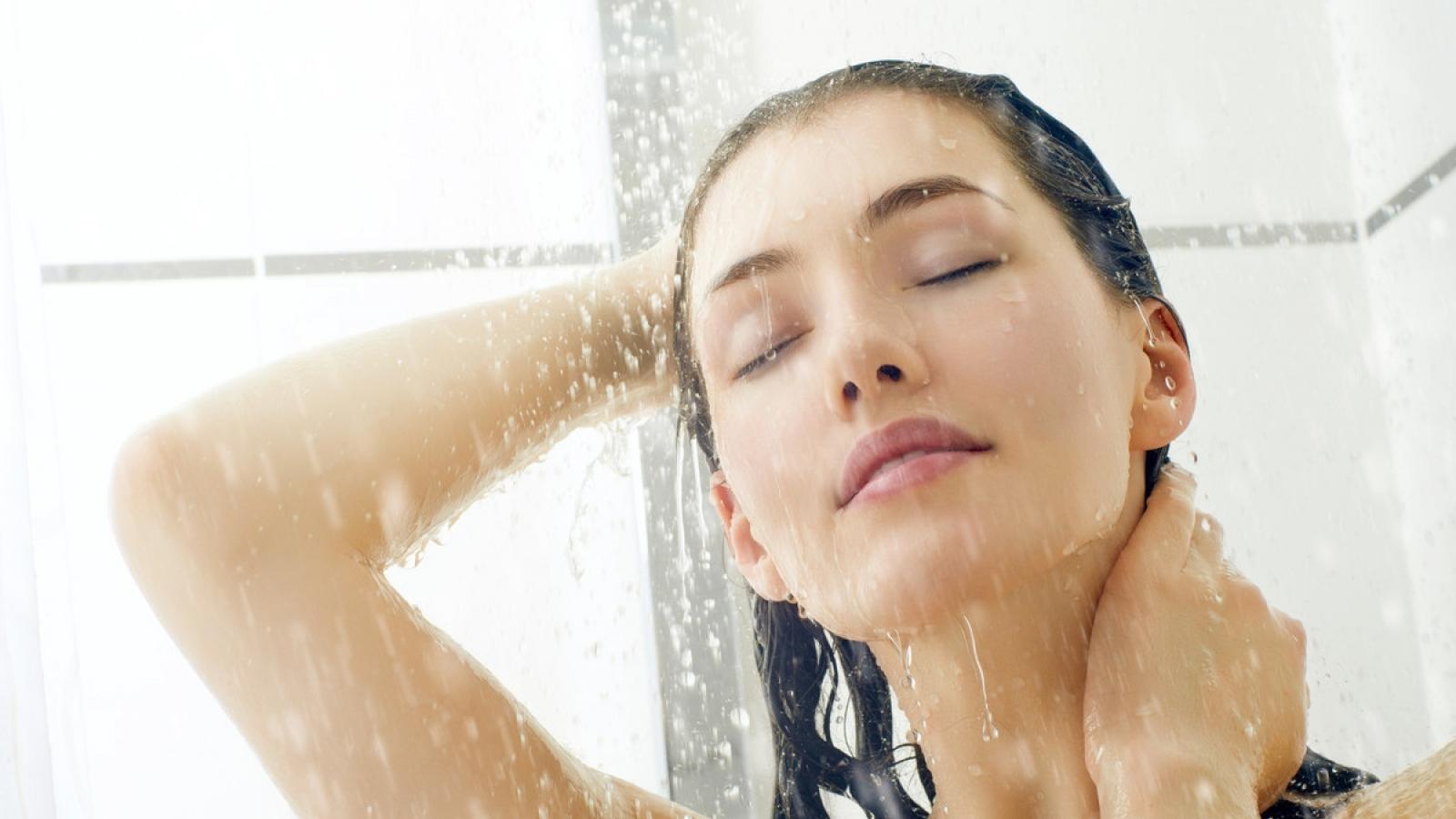 Lý do không nên rửa mặt khi tắm
