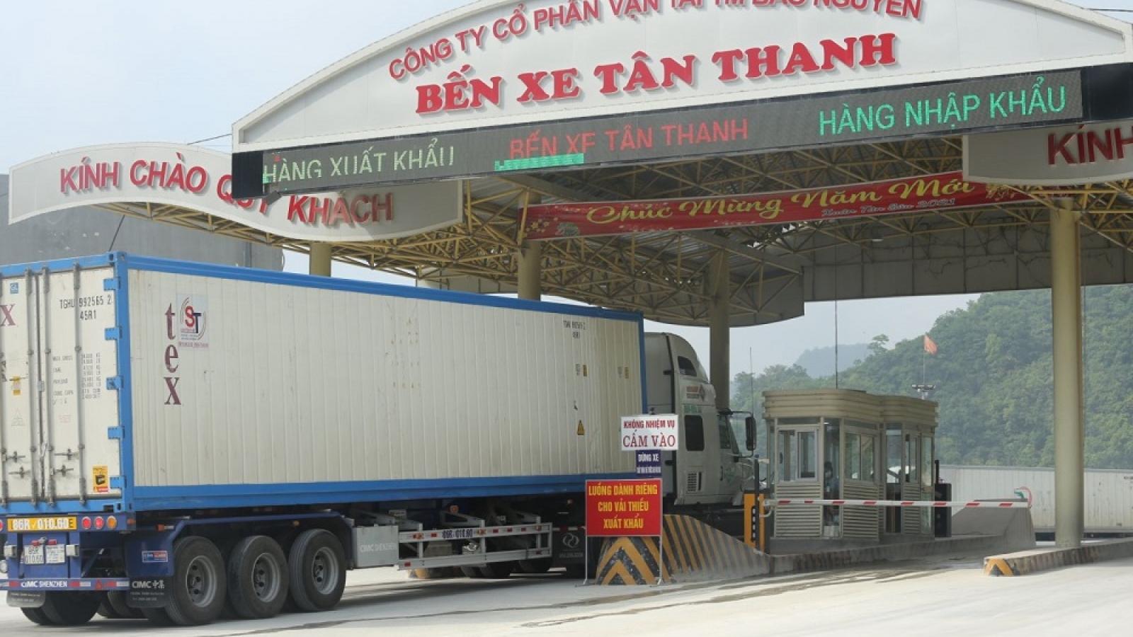 Hàng trăm xe hàng chờ làm thủ tục tại Tân Thanh do phía Trung Quốc tạm ngừng thông quan