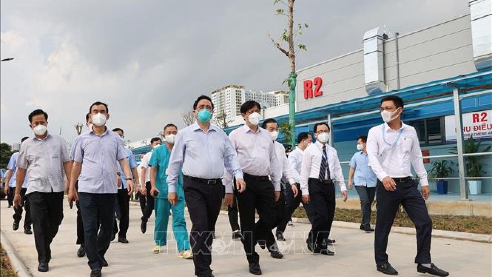 Thủ tướng kiểm tra Bệnh viện tuyến cuối điều trị bệnh nhân COVID-19 tại Hà Nội