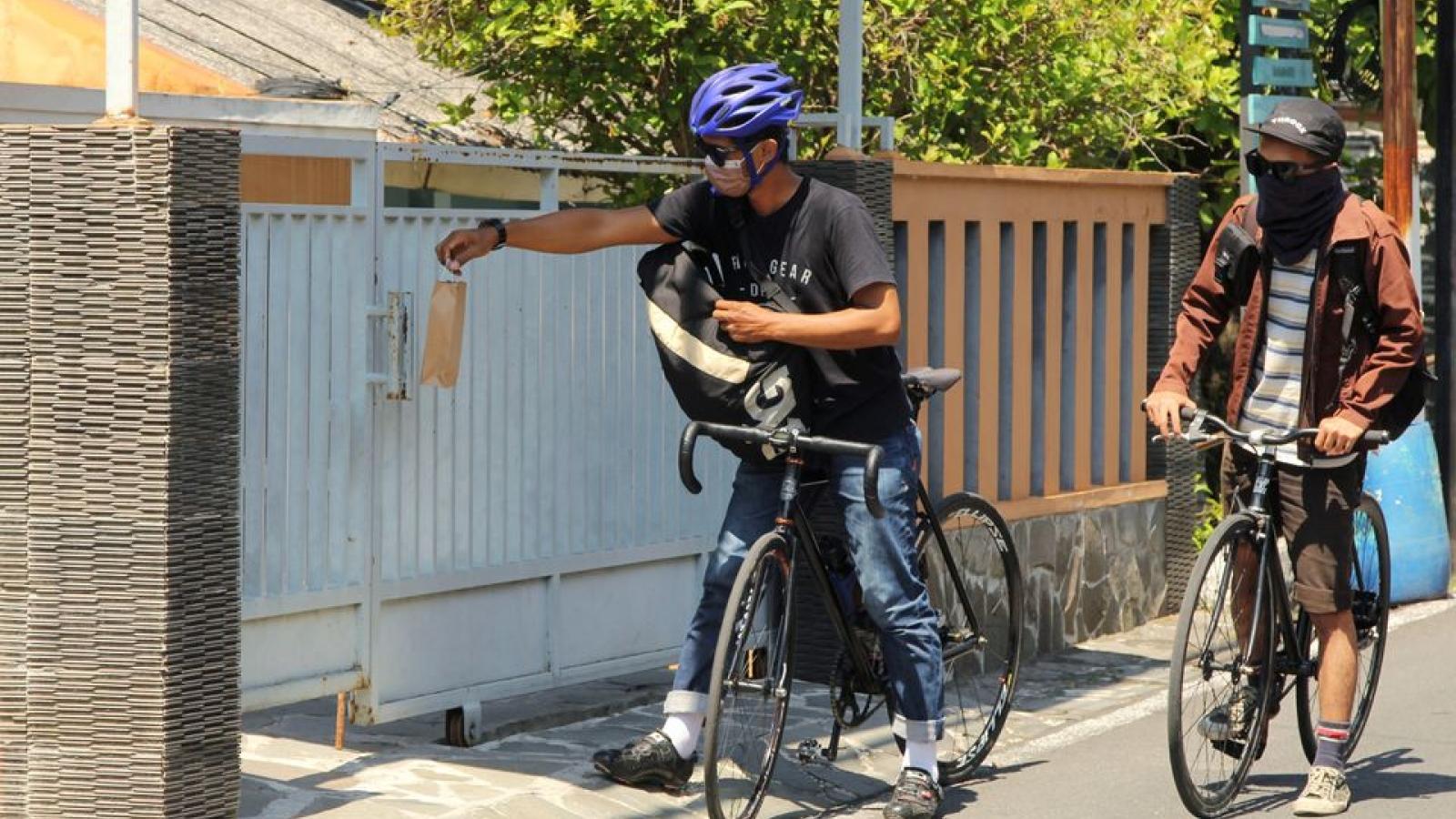 Indonesia thành lập đội quân xe đạp giao hàng cho người cách ly