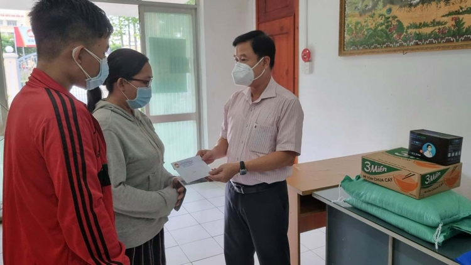 24 đoàn công tác của Thành ủy TP.HCM đến các khu phong tỏa để trao quà hỗ trợ người dân