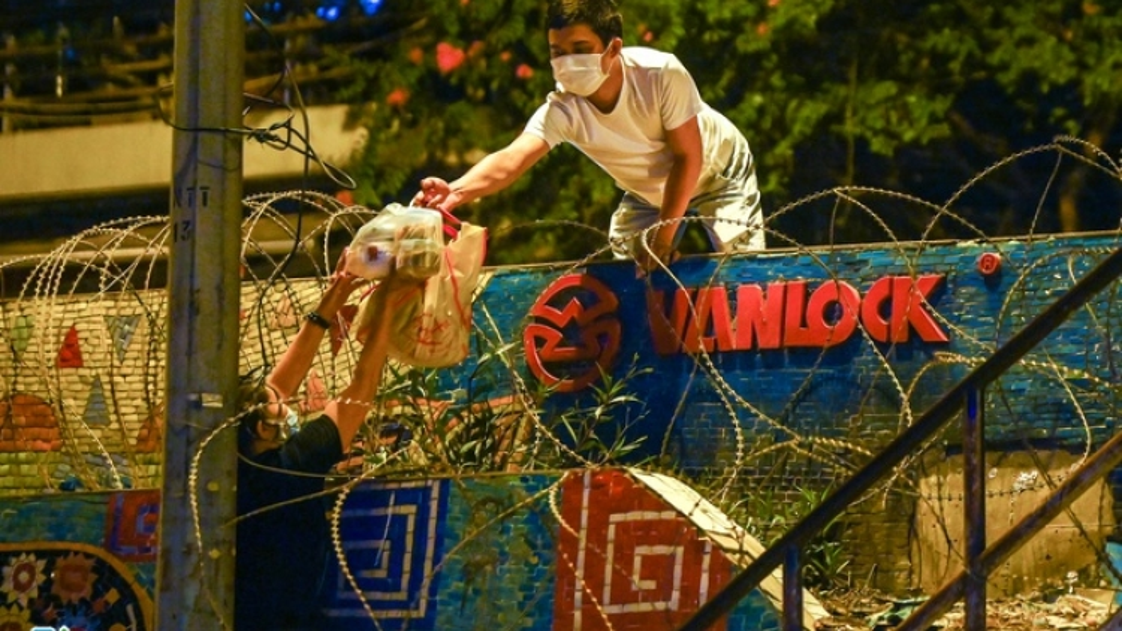 Xử phạt 2 ngườitrèo tường, trốn giãn cách tại phường Phúc Tân