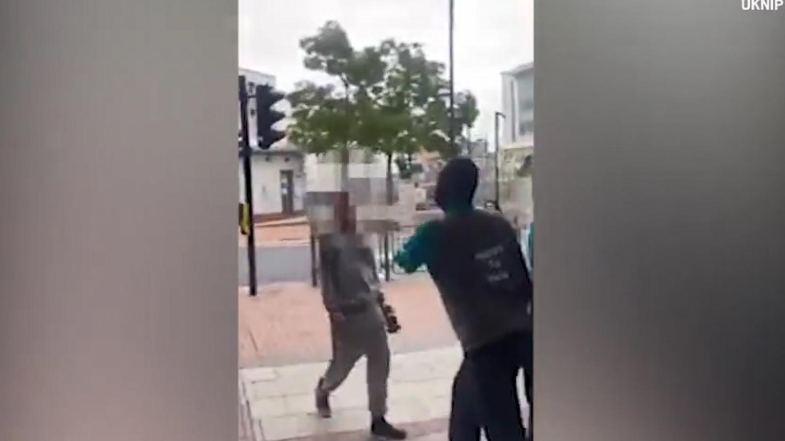 Video: Nhân viên bị cụt một tay vẫn tung cước khống chế tên trộm cửa hàng