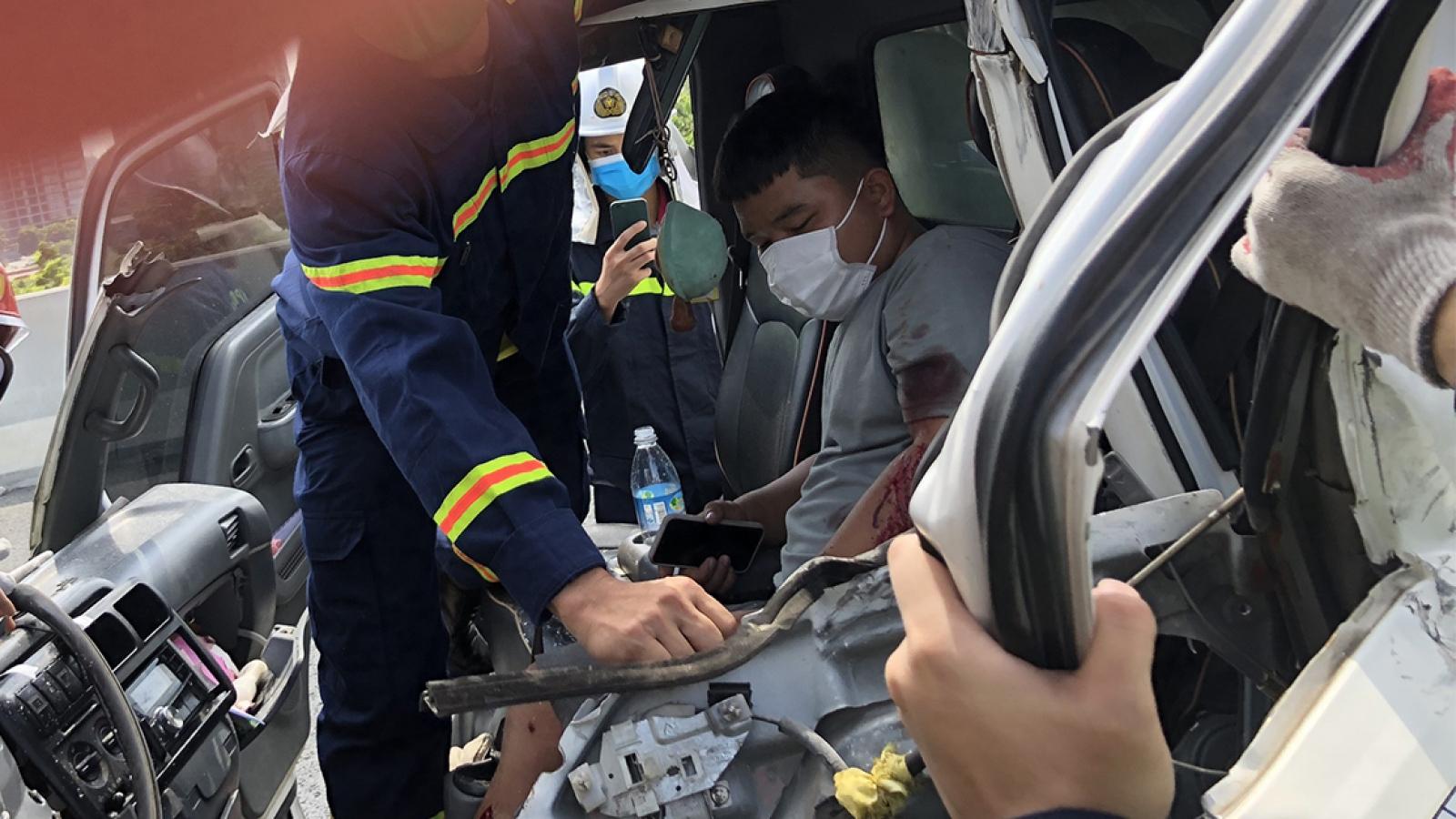 Hà Nội: Cảnh sát phá ca bin cứu tài xế sau vụ tai nạn