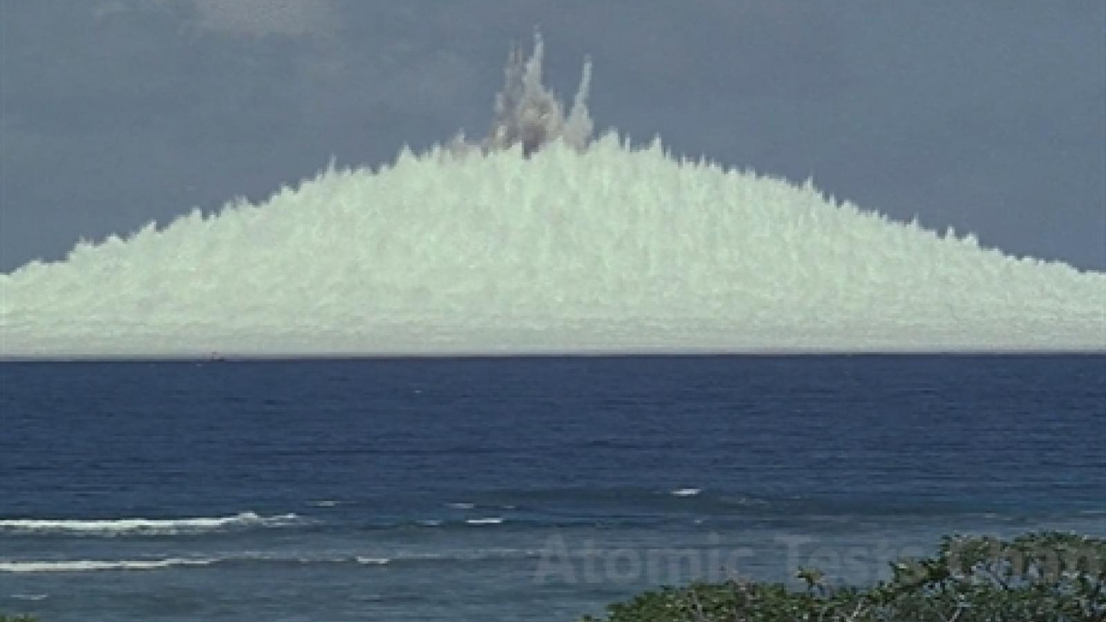 Cảnh tượng khủng khiếp về vụ thử hạt nhân Wahoo, tạo bức tường nước cao hơn 800m