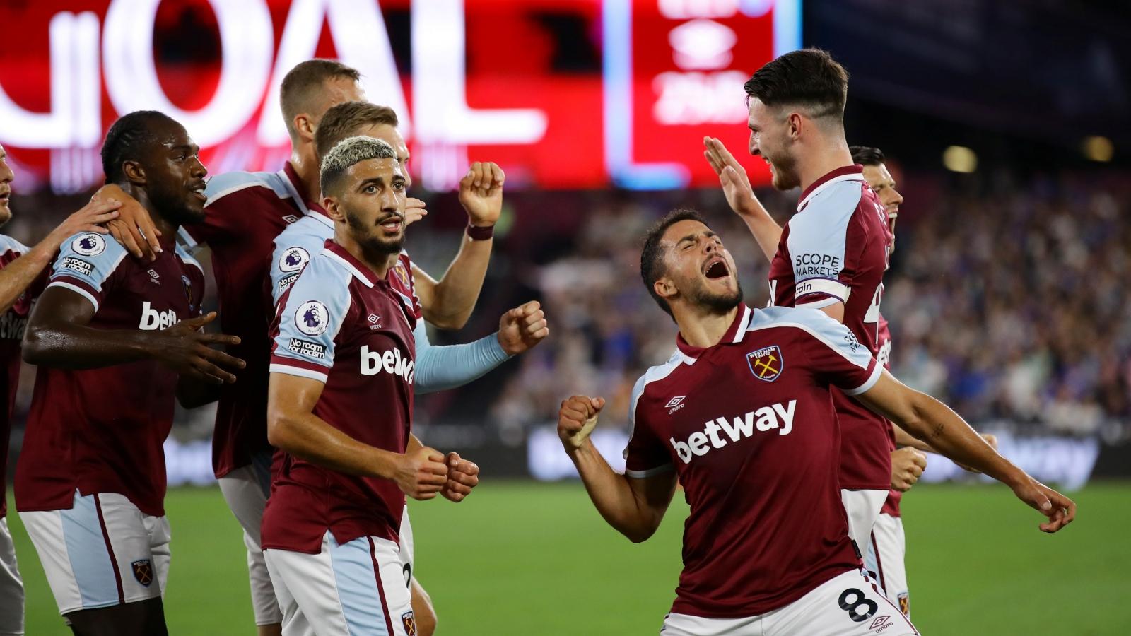 Đại thắng Leicester, West Ham lên ngôi đầu Ngoại hạng Anh
