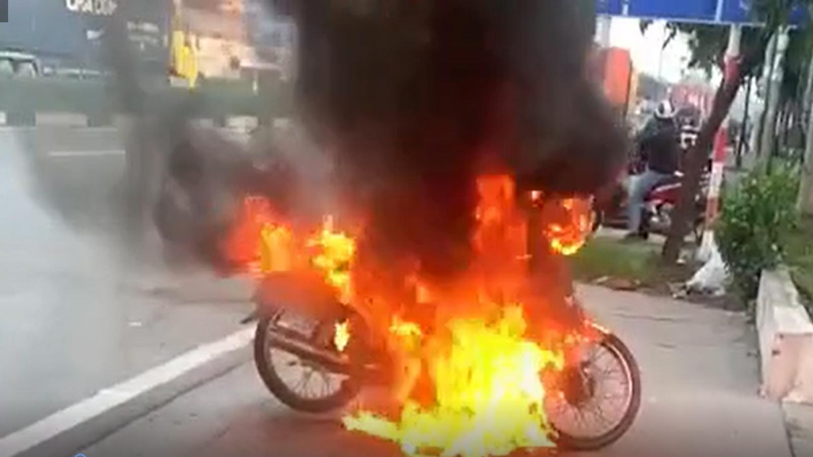 Bị nhắc nhở ra đường khung giờ giới hạn, nam thanh niên đốt luôn xe máy