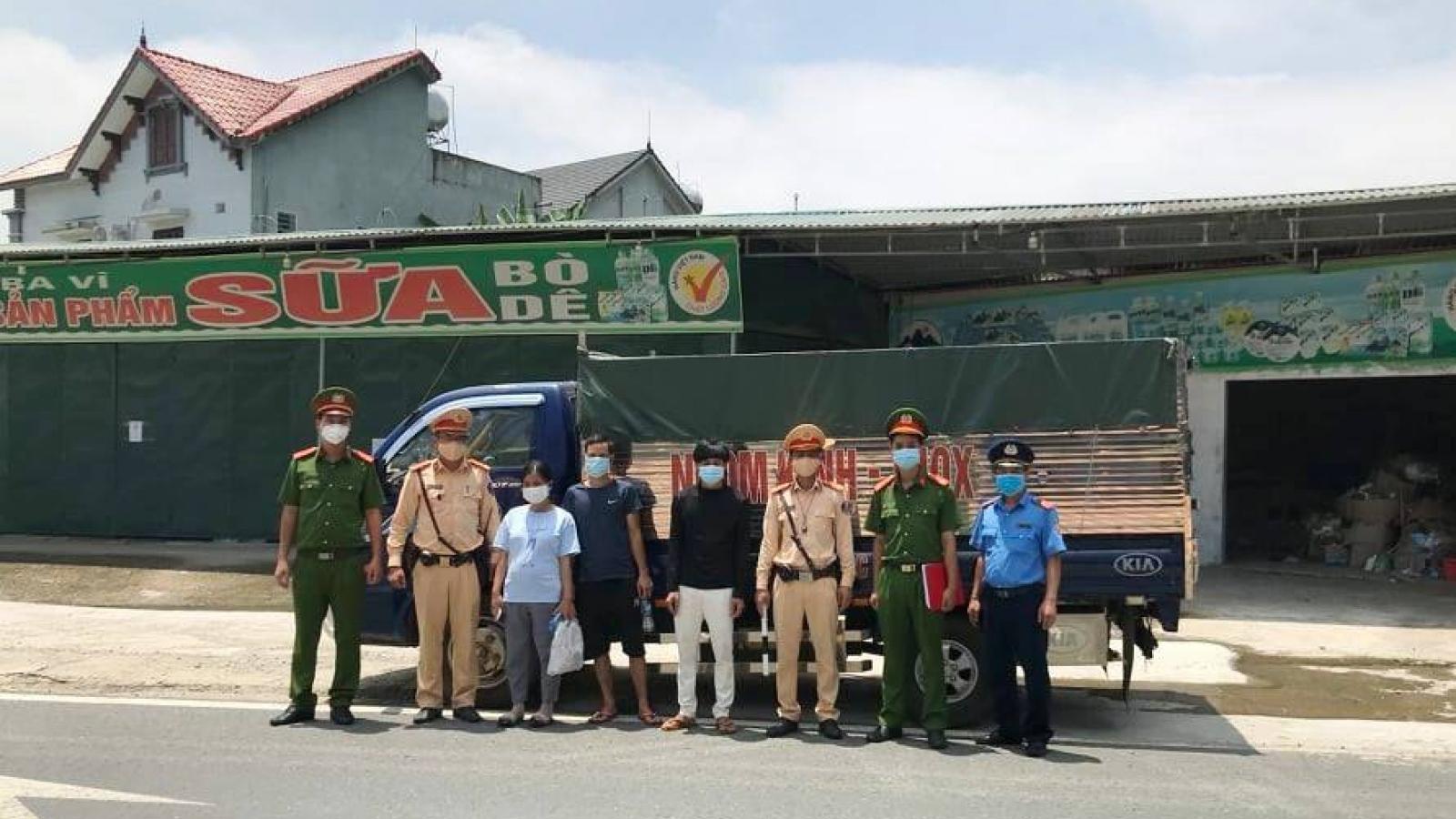 """Lái xe """"luồng xanh"""" chở thuê người qua chốt kiểm dịch ở Hà Nội"""